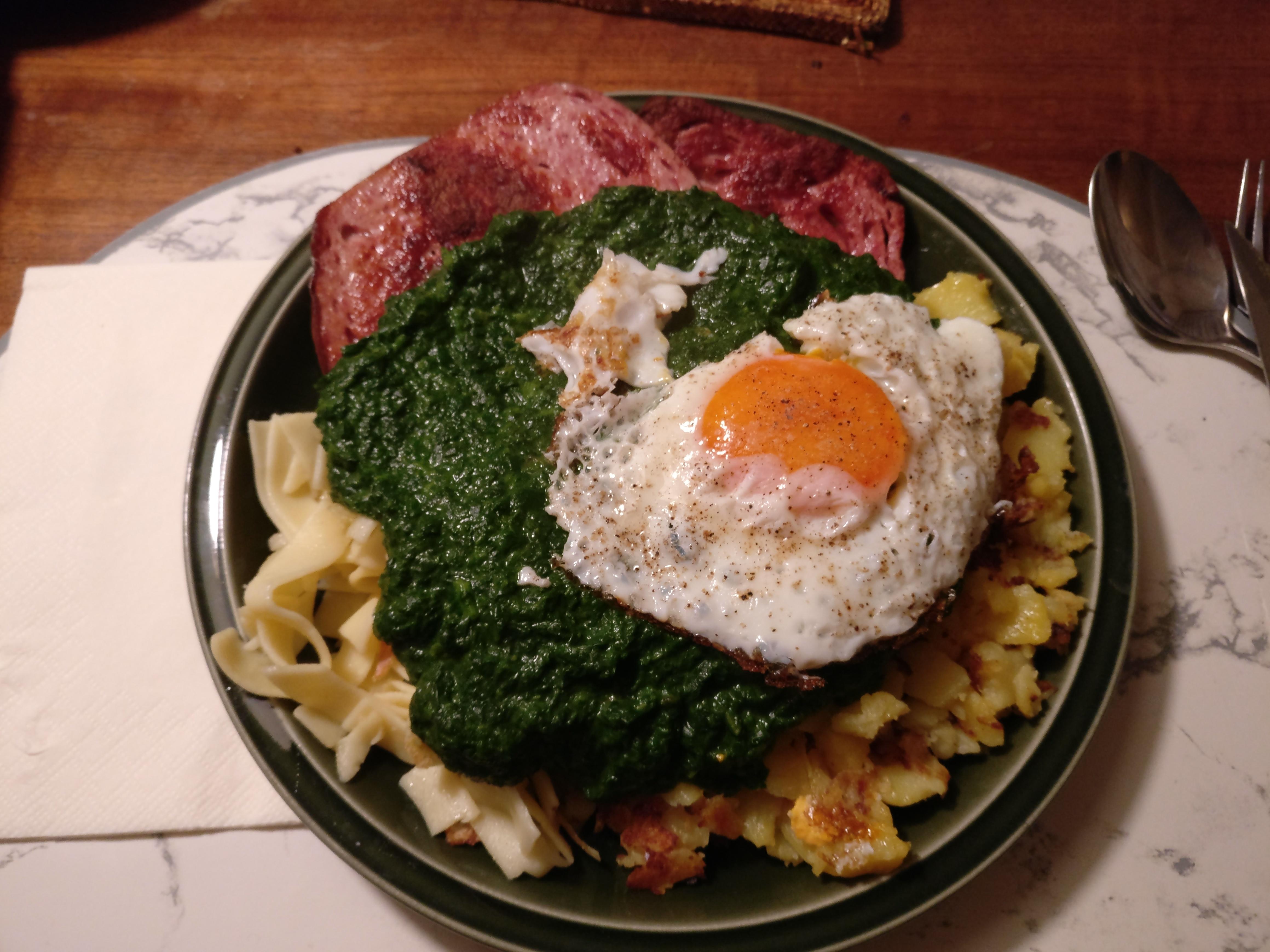 https://foodloader.net/nico_2017-04-05_fleischkaese-spinat-nudeln-bratkartoffeln-spiegelei.jpg