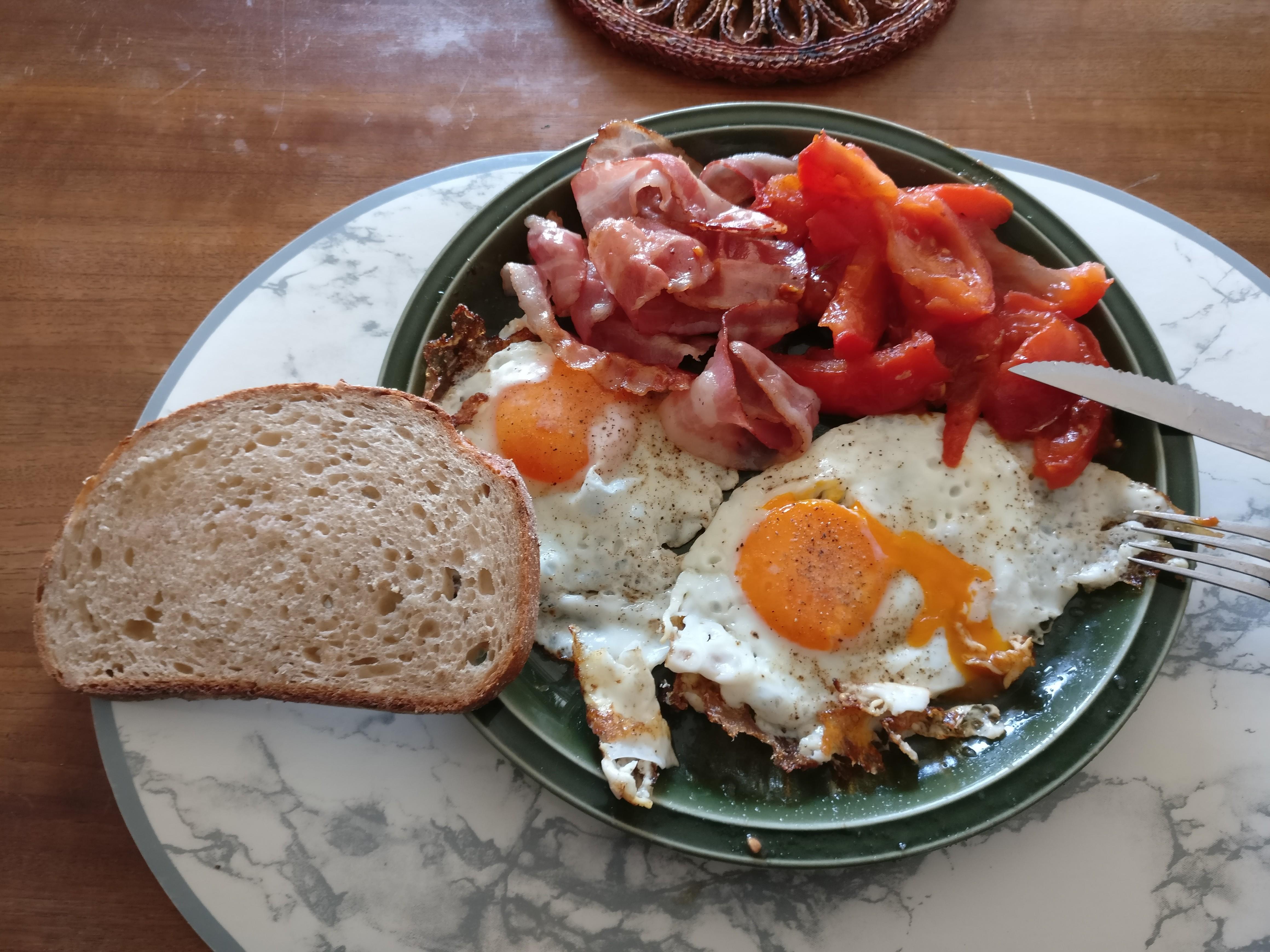 http://foodloader.net/nico_2017-04-08_spiegeleier-speck-tomate-brot.jpg