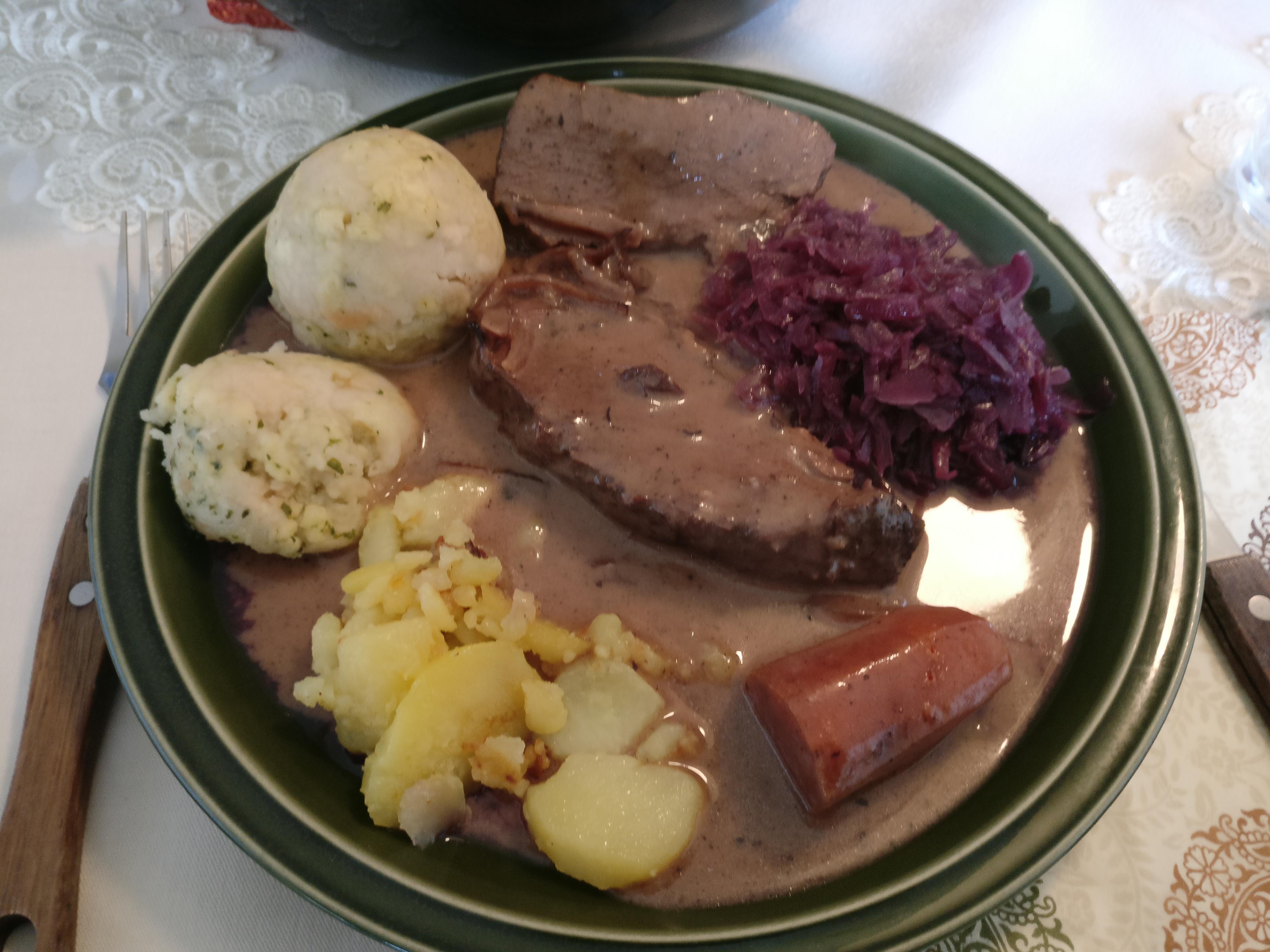 https://foodloader.net/nico_2017-04-16_wildschwein-kartoffeln-knoedel-rotkraut.jpg