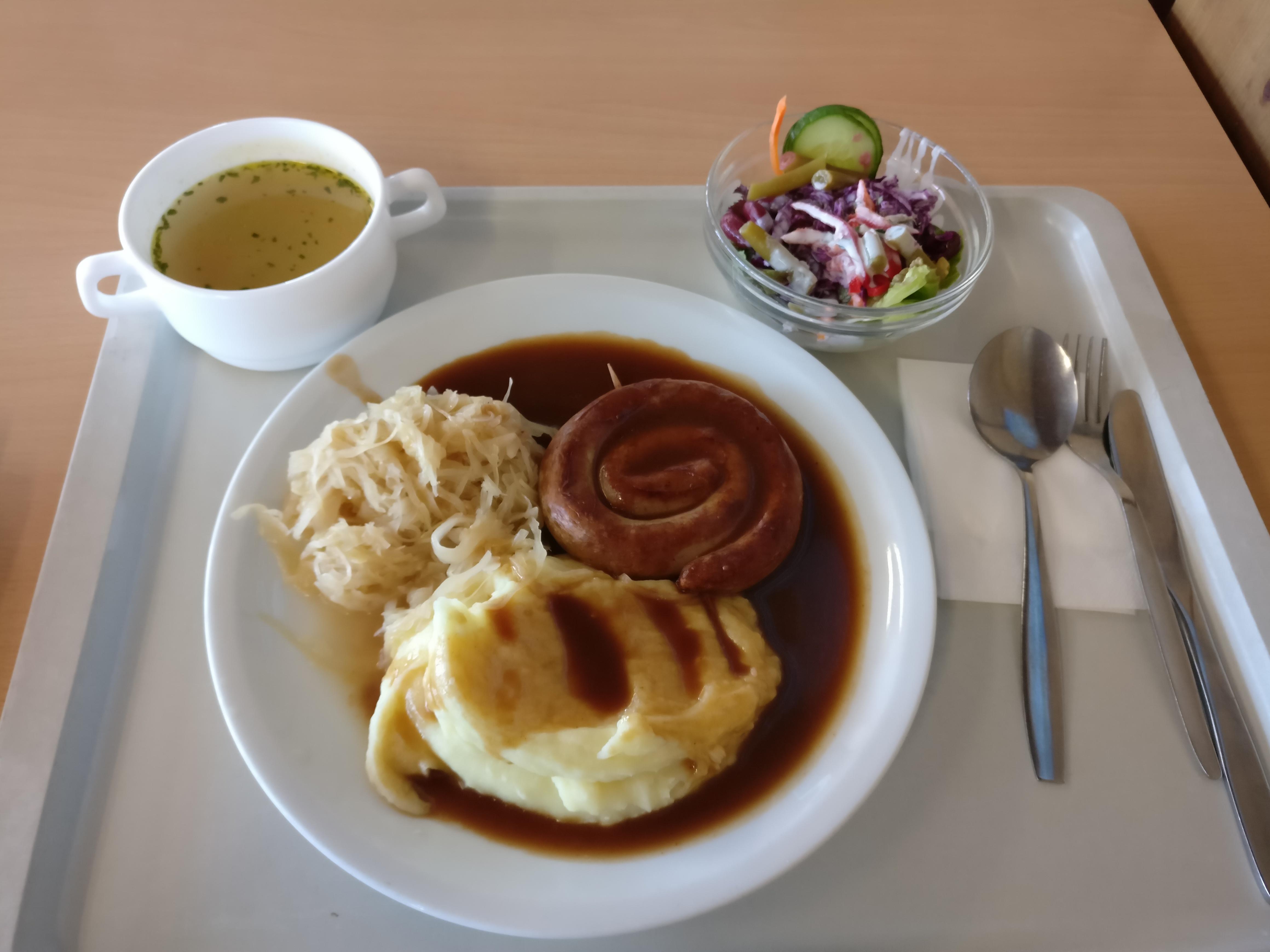 https://foodloader.net/nico_2017-05-10_bratwurstschnecke-kartoffelpuree-sauerkraut-suppe-salat.jpg