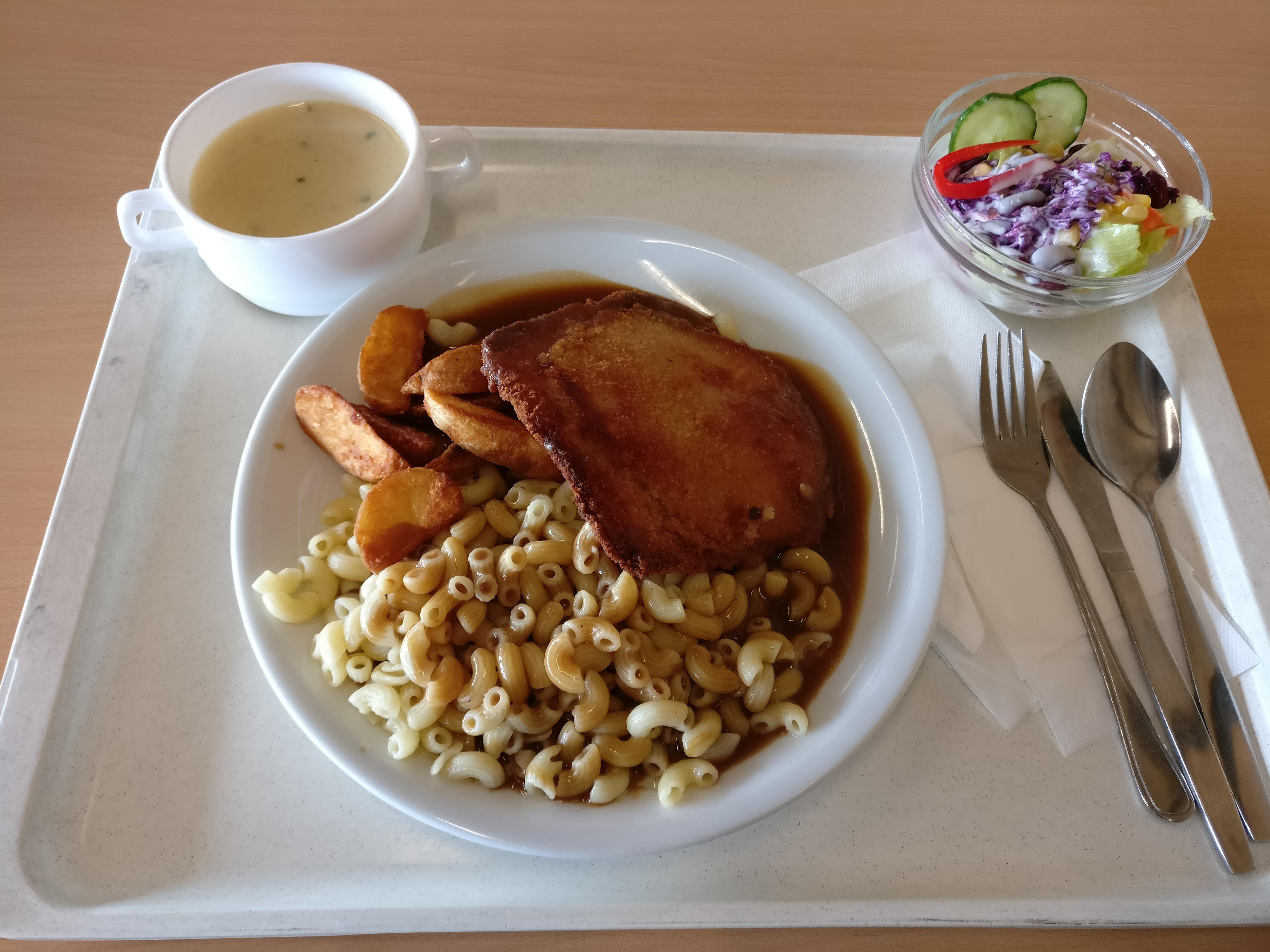 https://foodloader.net/nico_2017-05-12_bayrisches-cordon-bleu-nudeln-kartoffelecken-suppe-salat.jpg