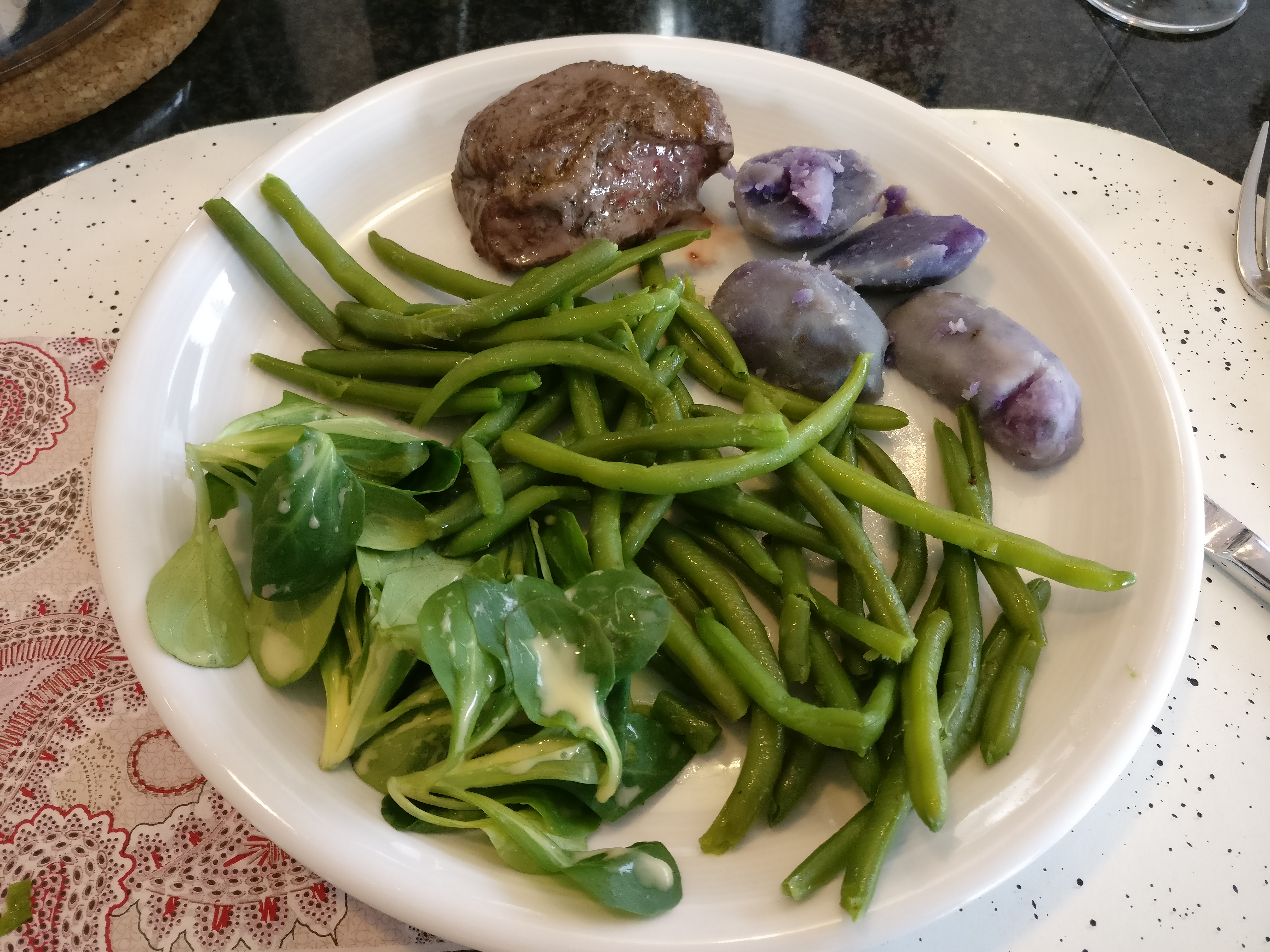 http://foodloader.net/nico_2017-05-14_rindfleisch-blaue-kartoffeln-gruene-bohnen.jpg