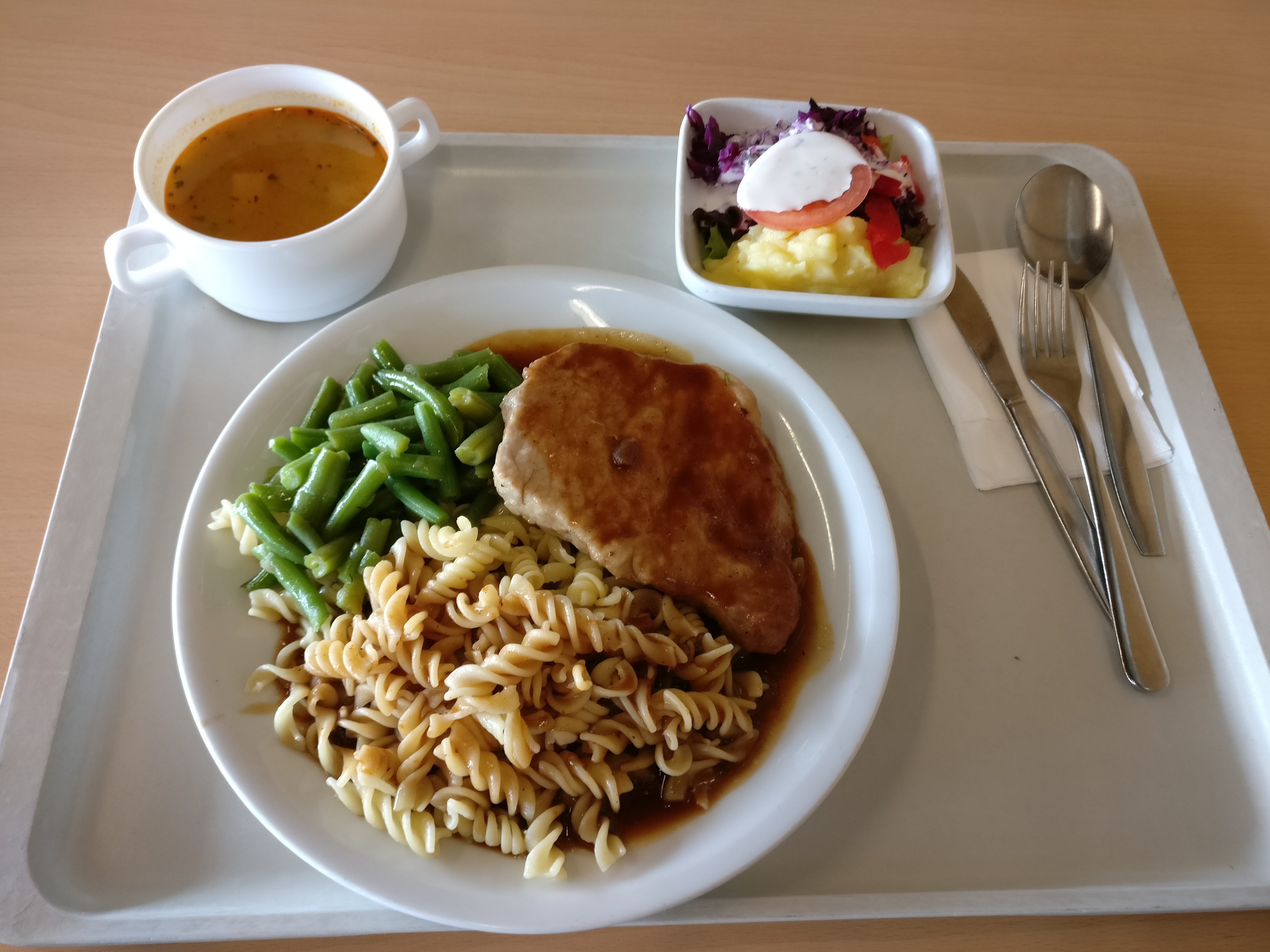 http://foodloader.net/nico_2017-05-24_pfeffersteak-fusilli-bohnen-suppe-salat.jpg