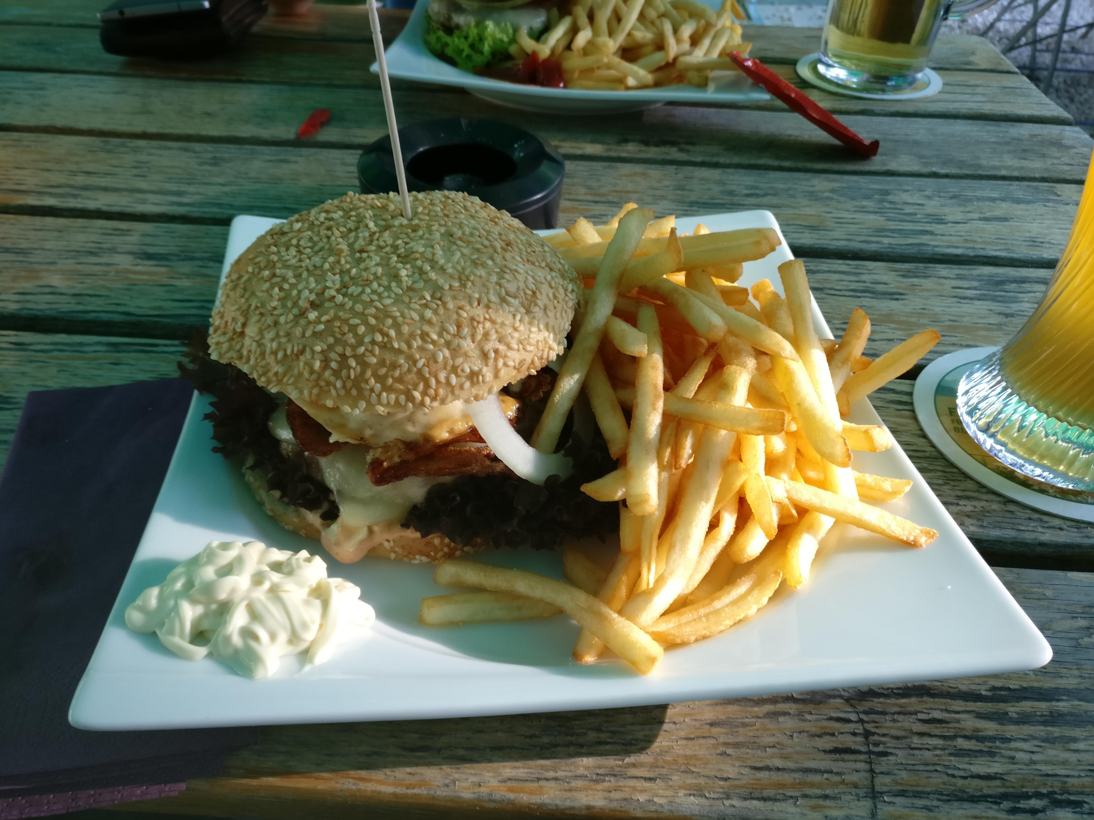 http://foodloader.net/nico_2017-05-26_cheeseburger-mit-spiegelei-bacon-und-pommes-frites.jpg