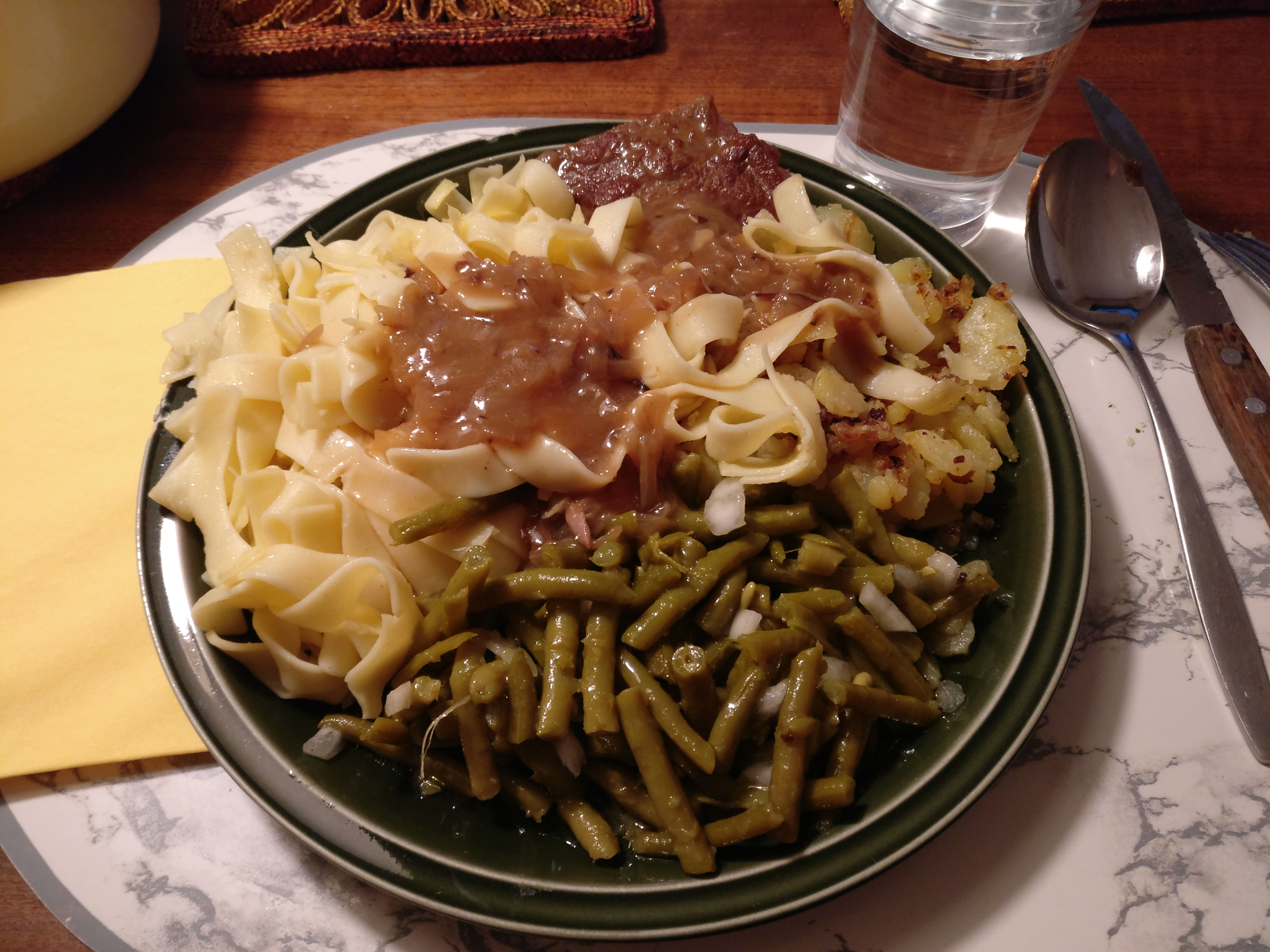 http://foodloader.net/nico_2017-05-31_zwiebelrostbraten-nudeln-bratkartoffeln-bohnensalat.jpg