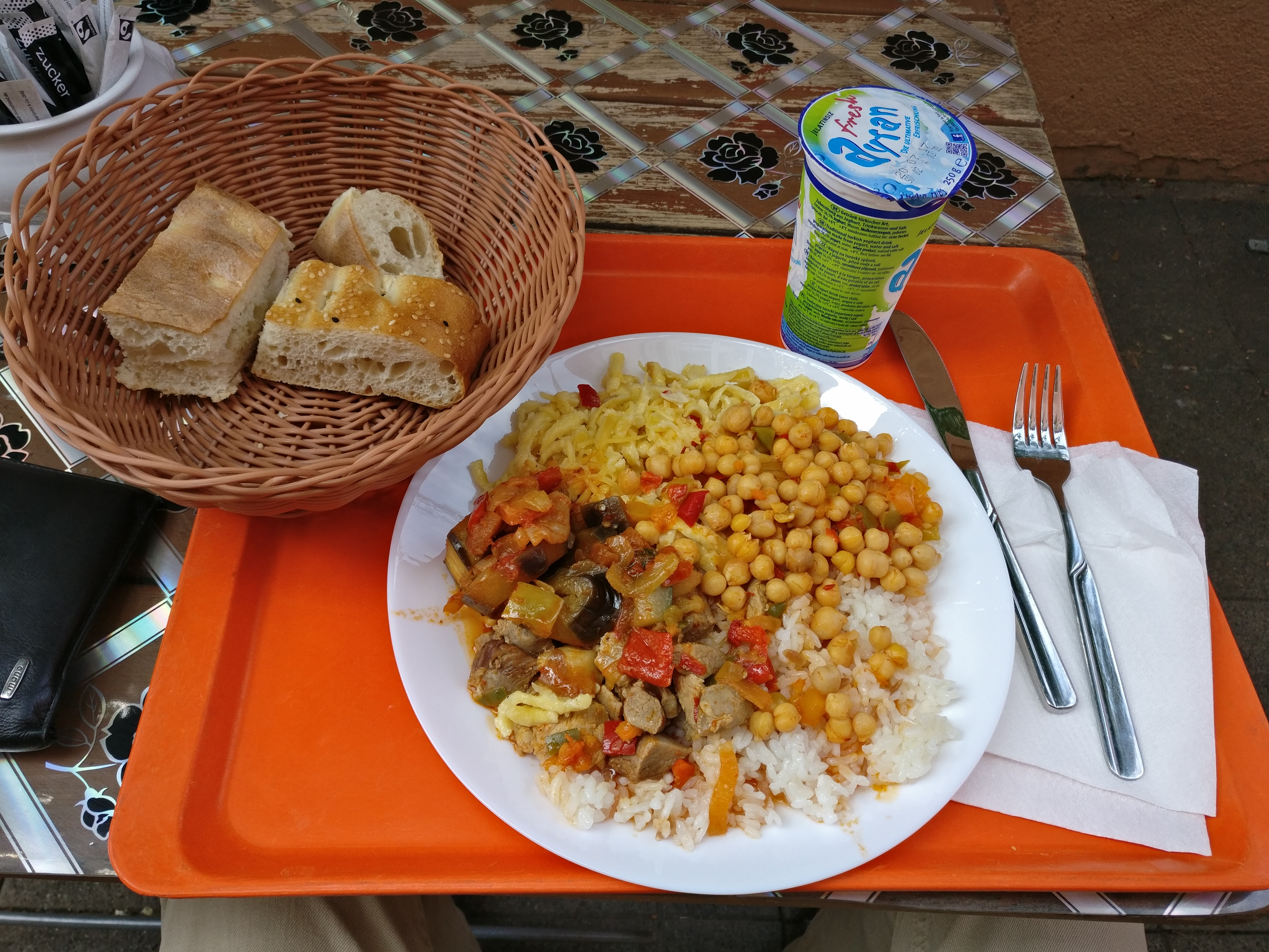 http://foodloader.net/nico_2017-06-02_reis-fleisch-nudeln-gemuese-kichererbsen-brot.jpg