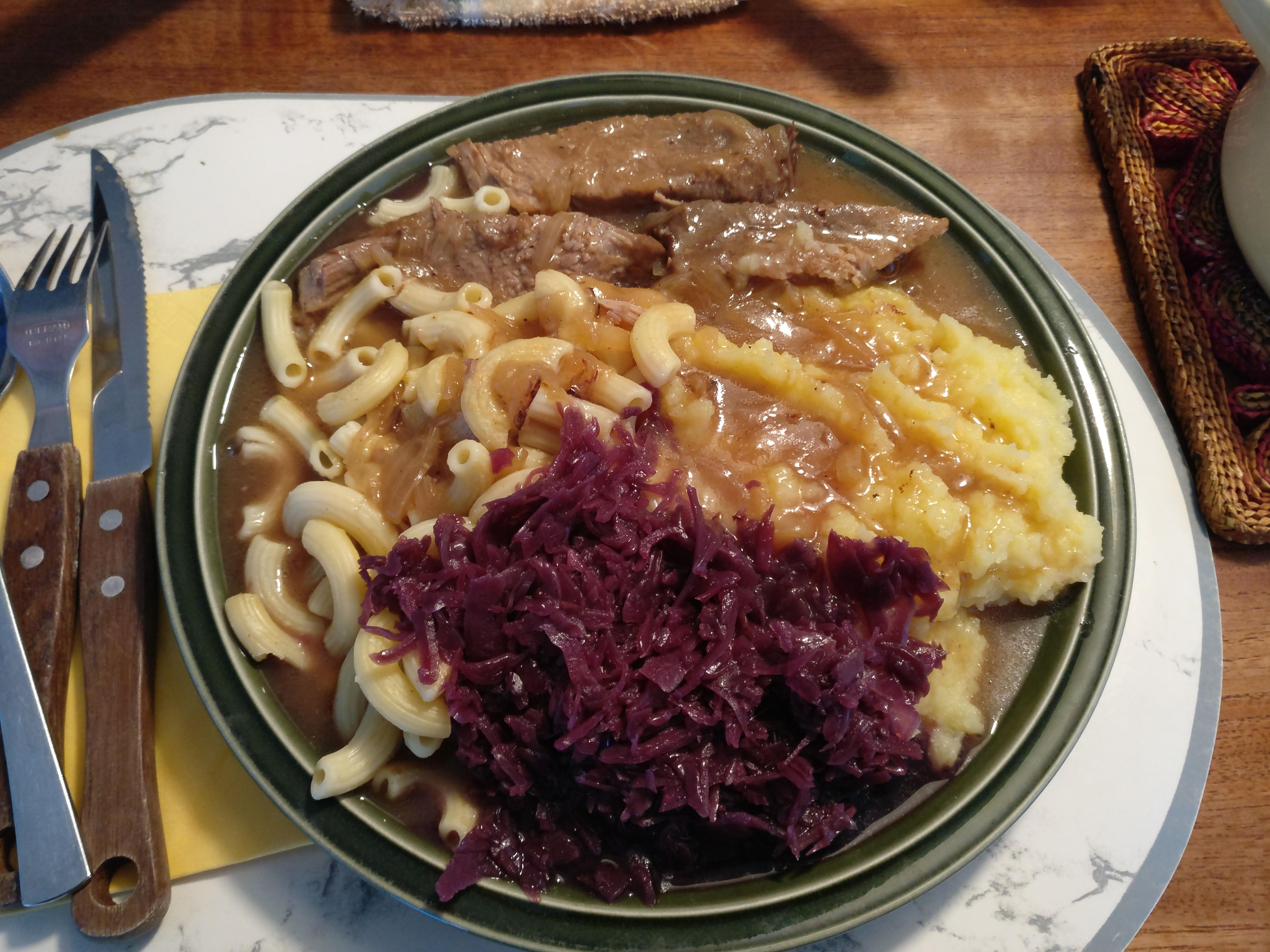 http://foodloader.net/nico_2017-06-07_schweinebraten-nudeln-kartoffelpuree-rotkraut.jpg