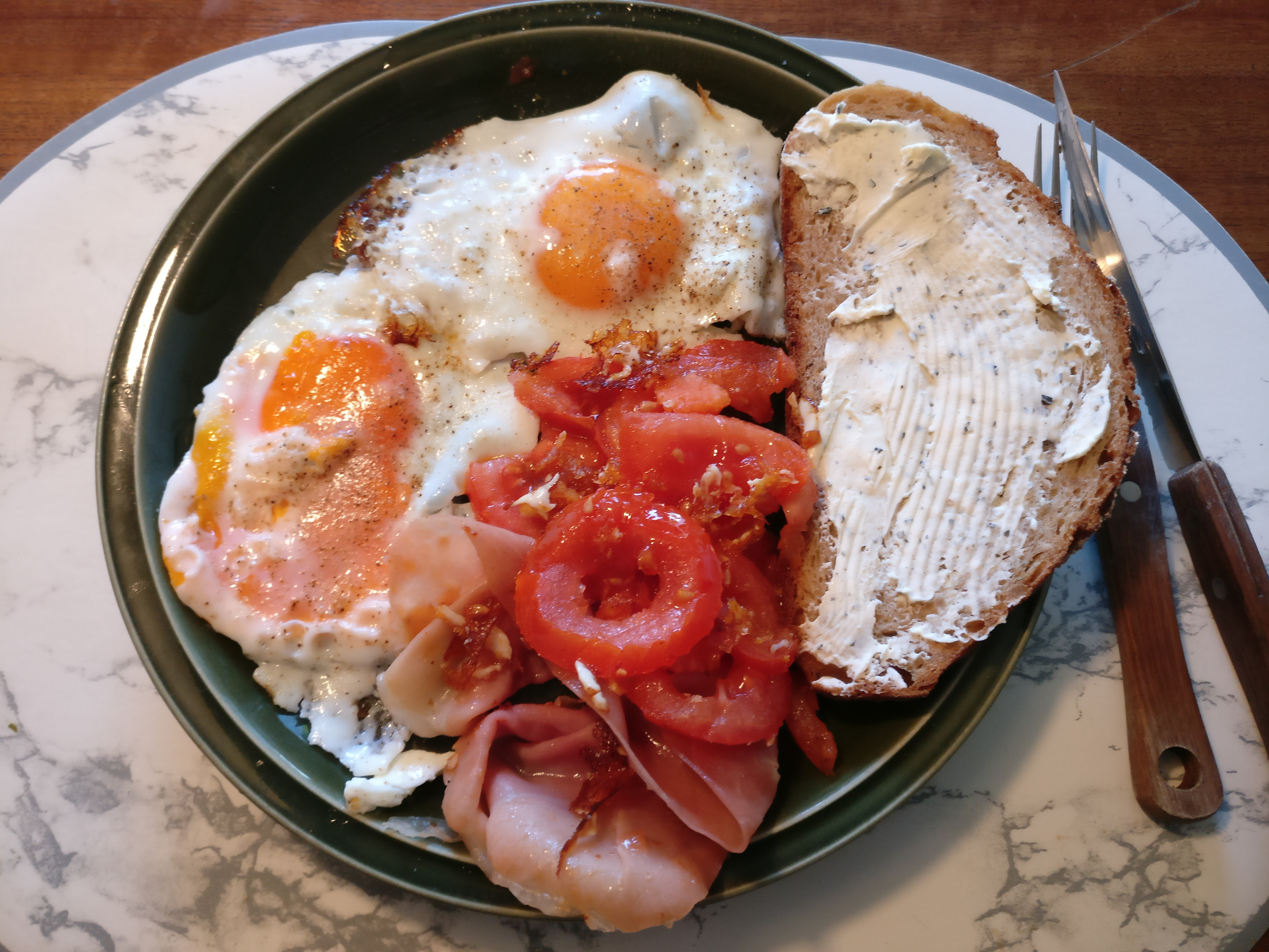 https://foodloader.net/nico_2017-06-10_spiegeleier-speck-tomaten-brot.jpg