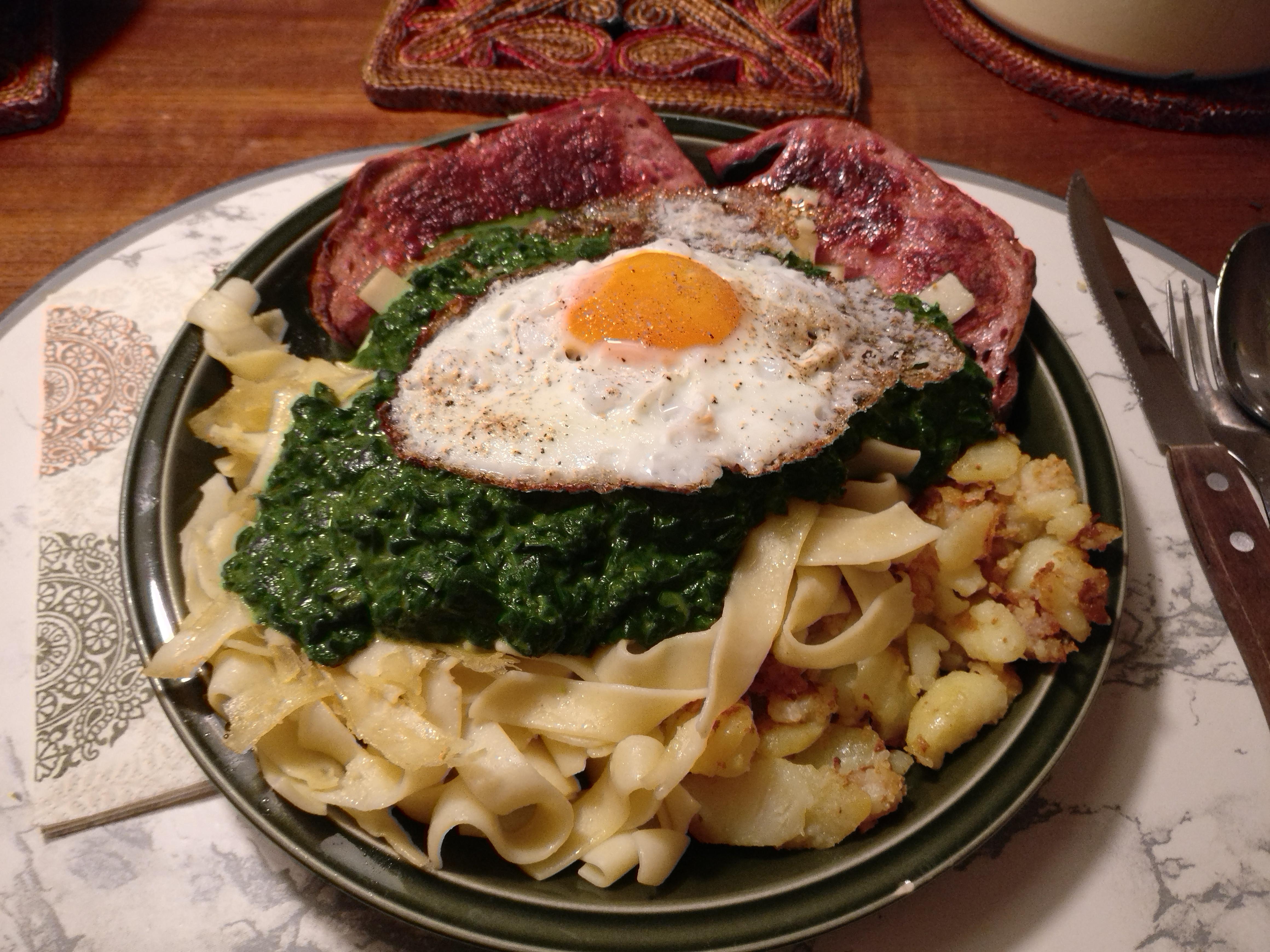 https://foodloader.net/nico_2017-06-28_fleischkaese-nudeln-bratkartoffeln-spinat-spiegelei.jpg