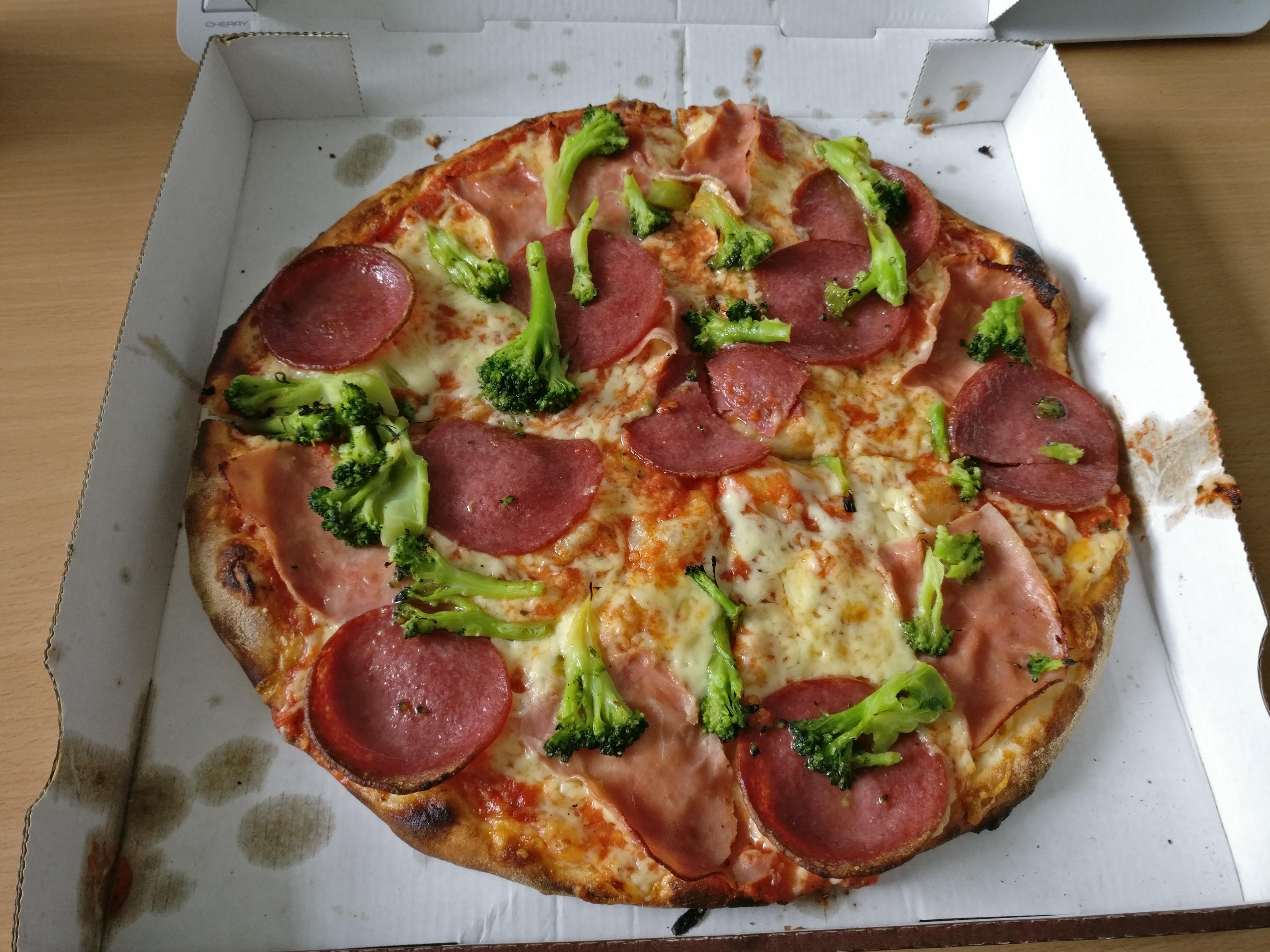 http://foodloader.net/nico_2017-06-29_pizza-schinken-salami-brokkoli.jpg
