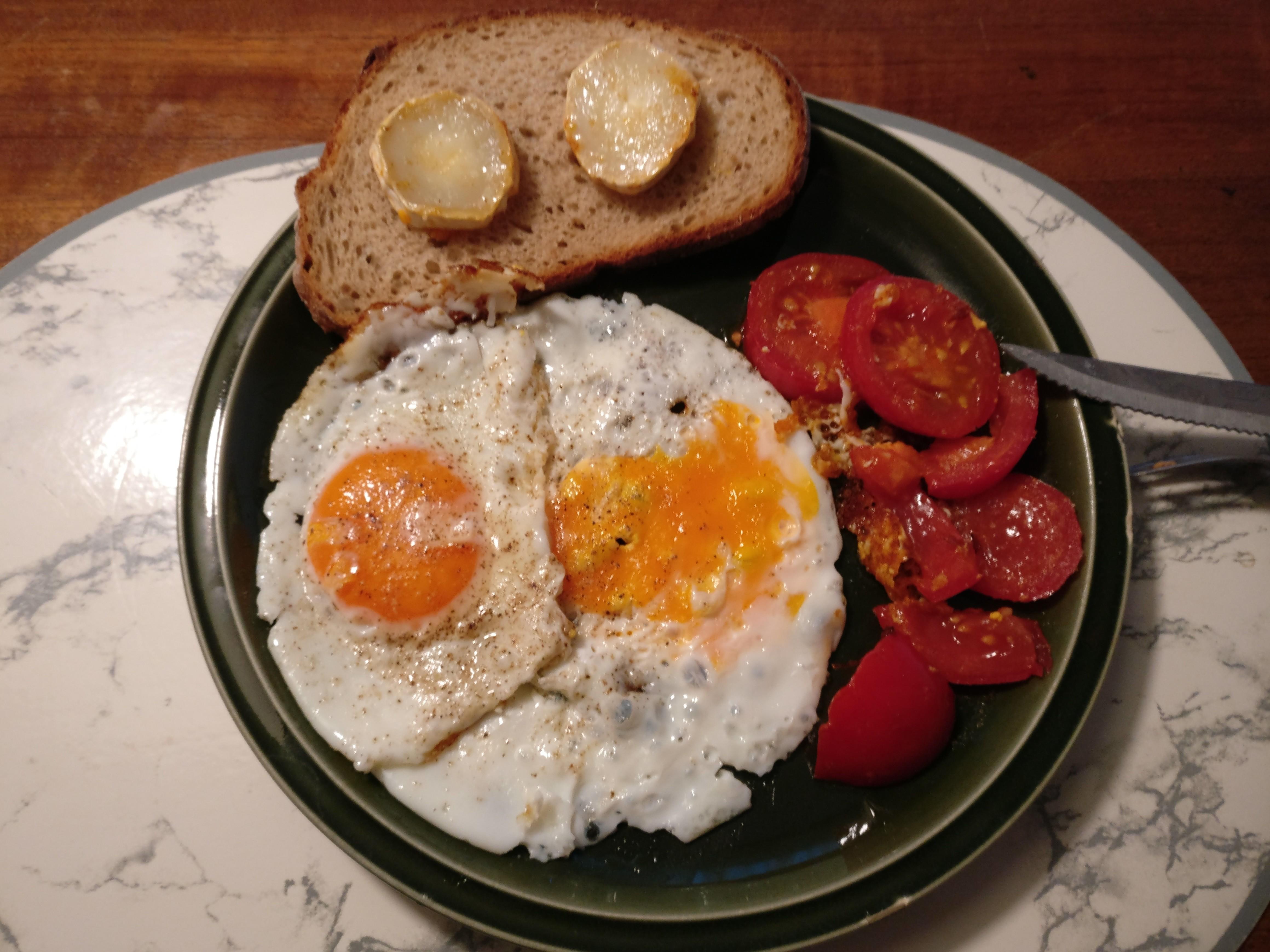 https://foodloader.net/nico_2017-07-02_spiegeleier-tomaten-brot-ziegenkaese.jpg