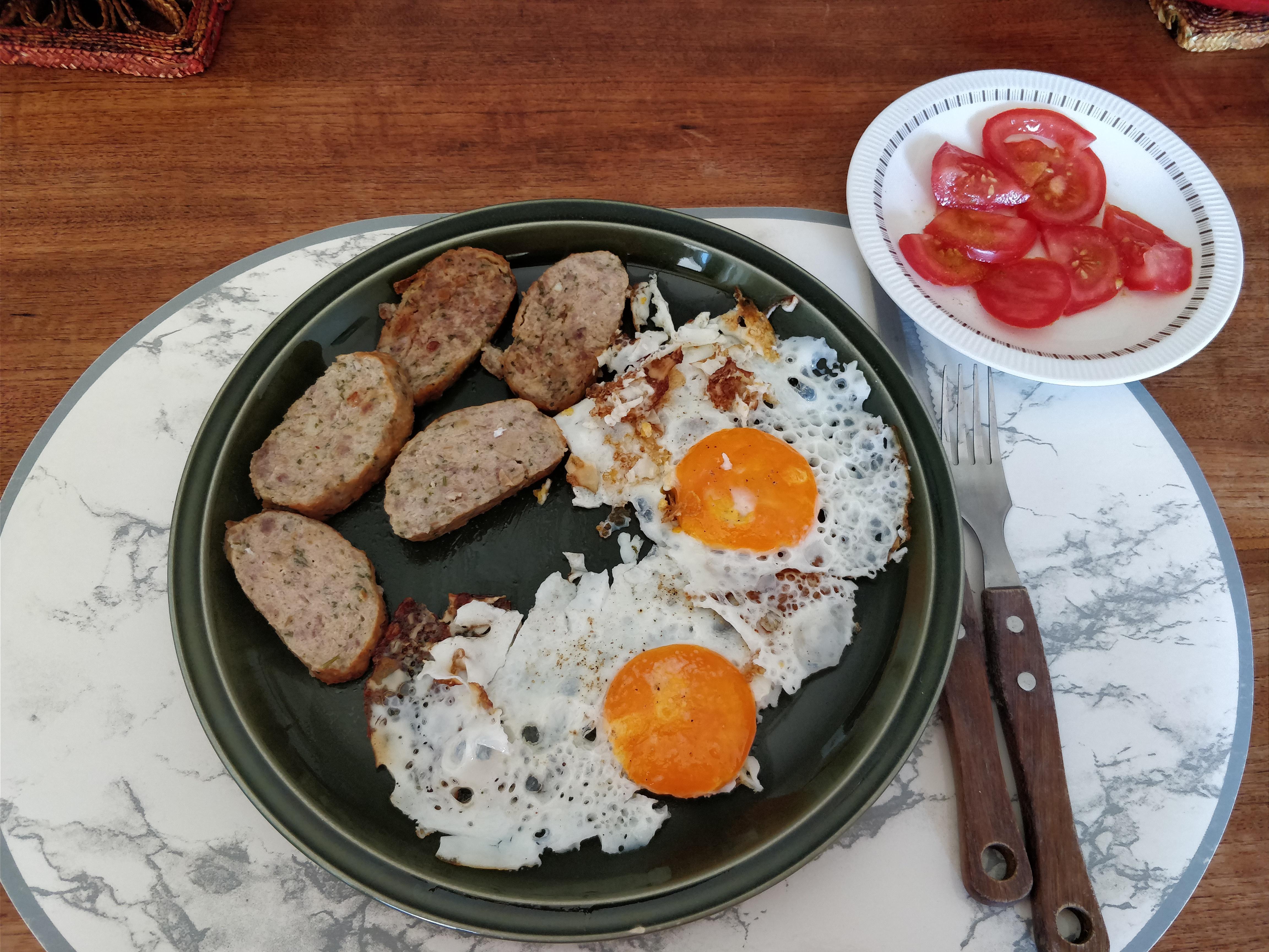 http://foodloader.net/nico_2017-08-07_spiegeleier-fleischkuechle-tomaten.jpg