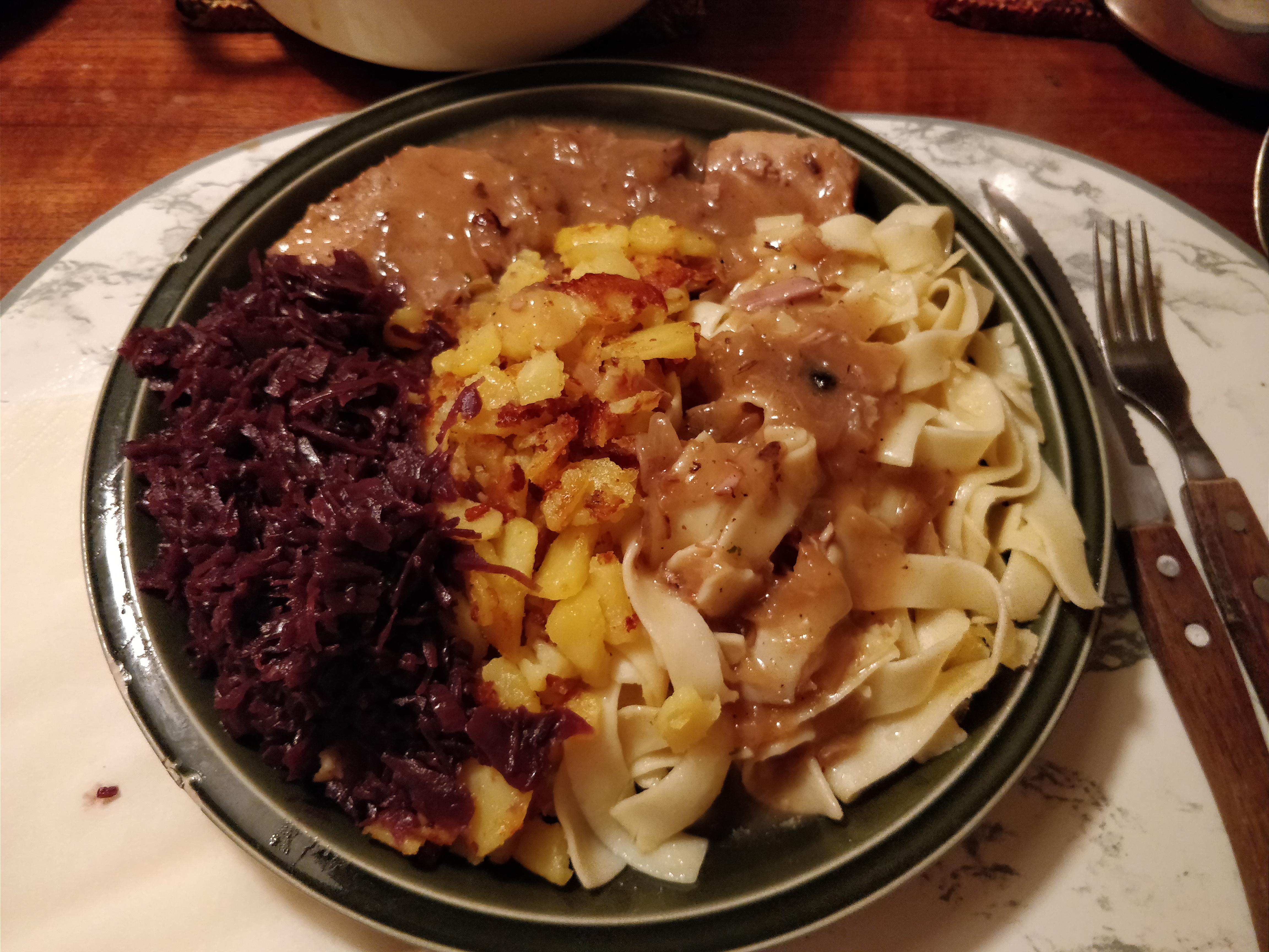 http://foodloader.net/nico_2017-08-30_schweinebraten-nudeln-bratkartoffeln-rotkraut.jpg