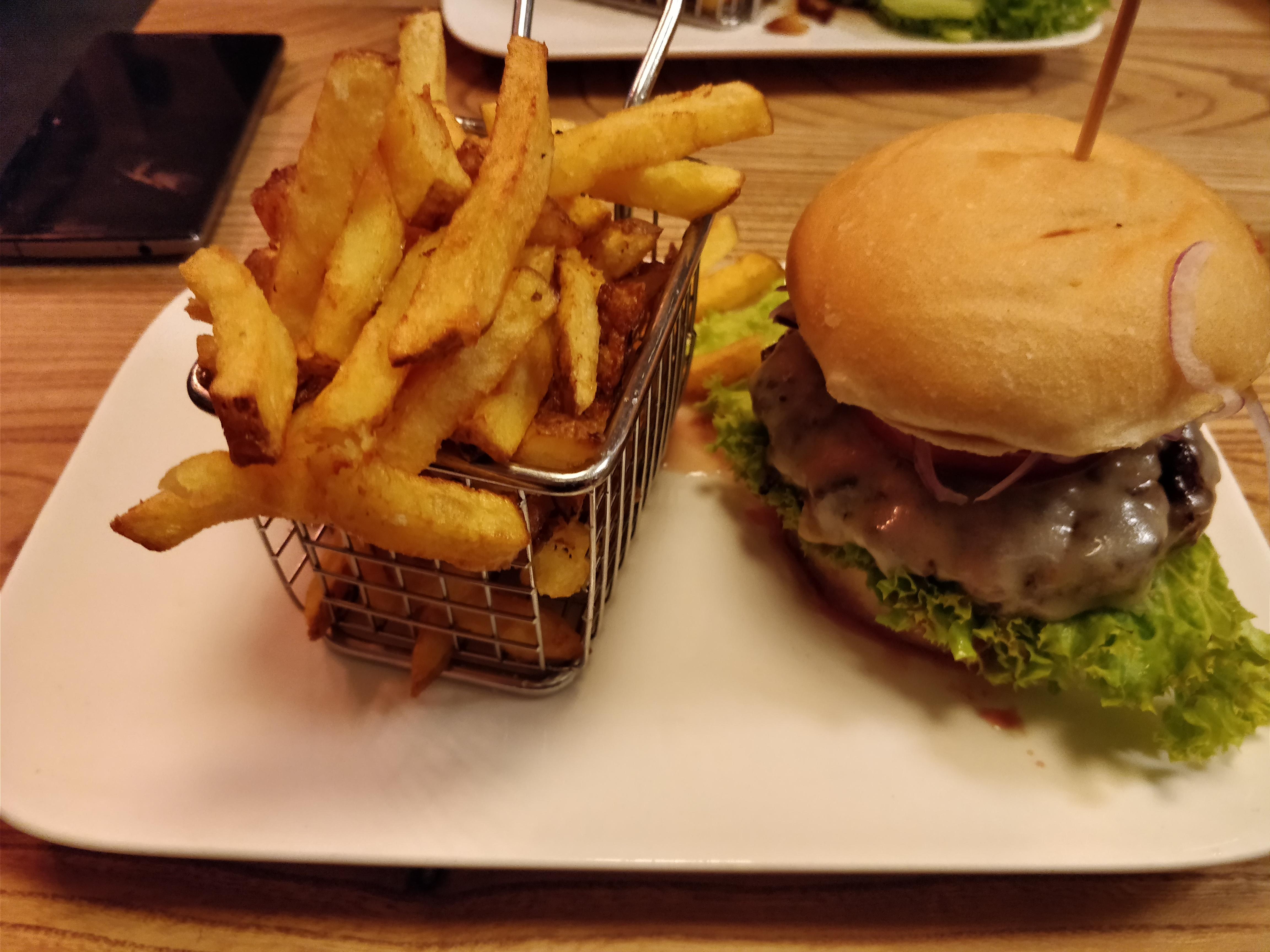 http://foodloader.net/nico_2017-09-12_cheeseburger-und-pommes.jpg