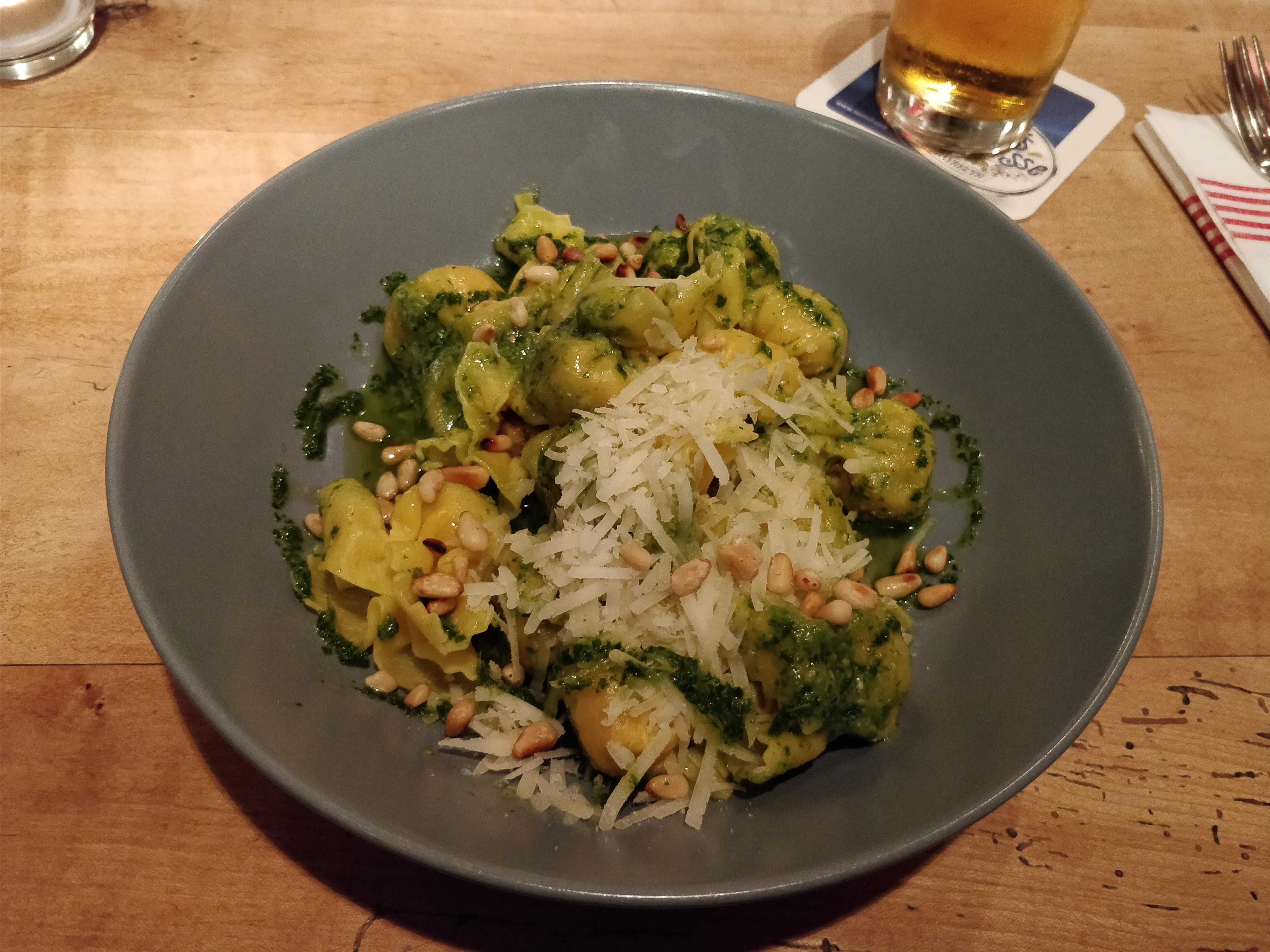 http://foodloader.net/nico_2017-09-14_gefuellte-teigtaschen-mit-pesto-sauce.jpg