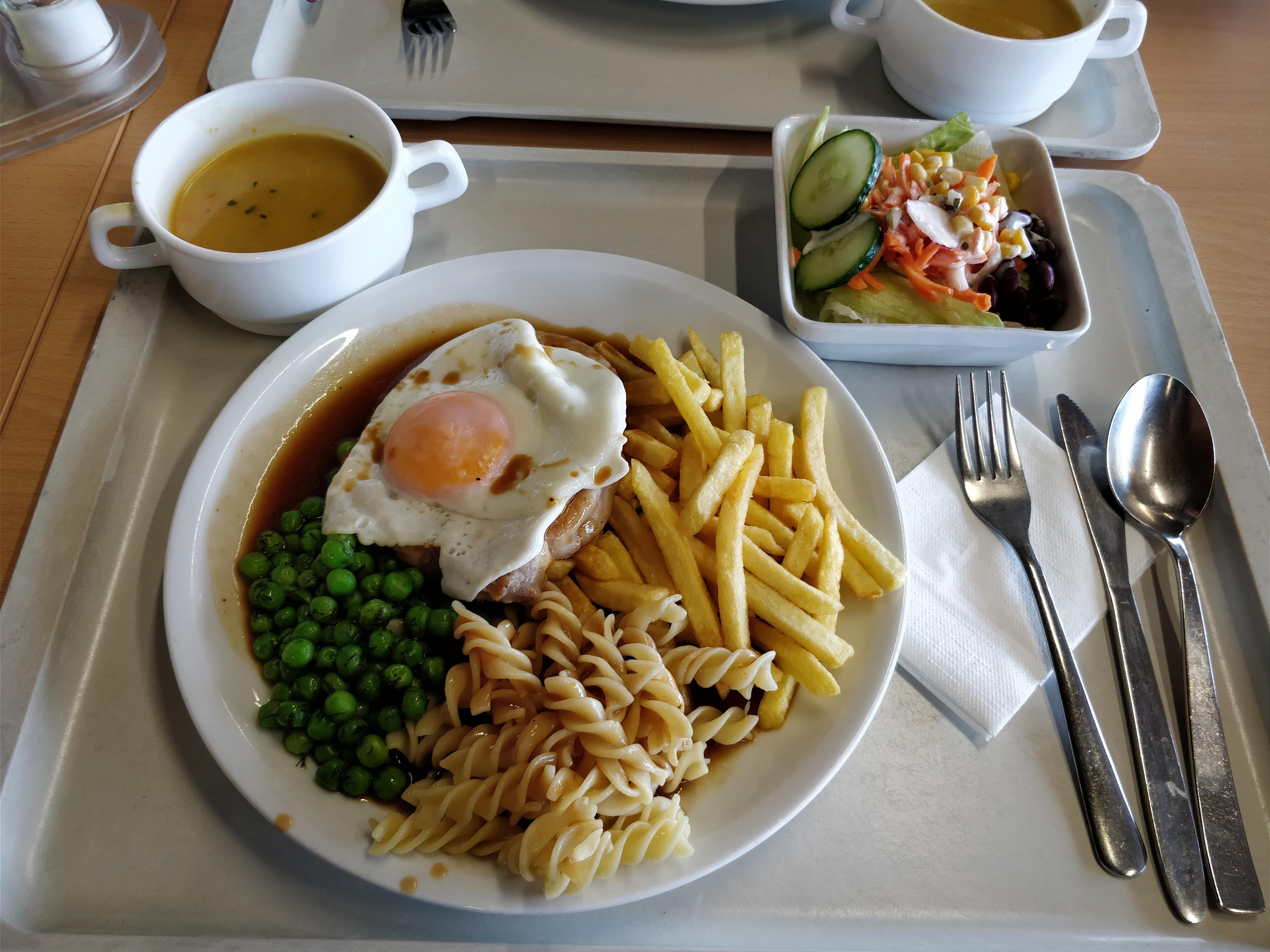 https://foodloader.net/nico_2017-09-18_schweinesteak-nudeln-pommes-bohnen-spiegelei-suppen-salat.jpg