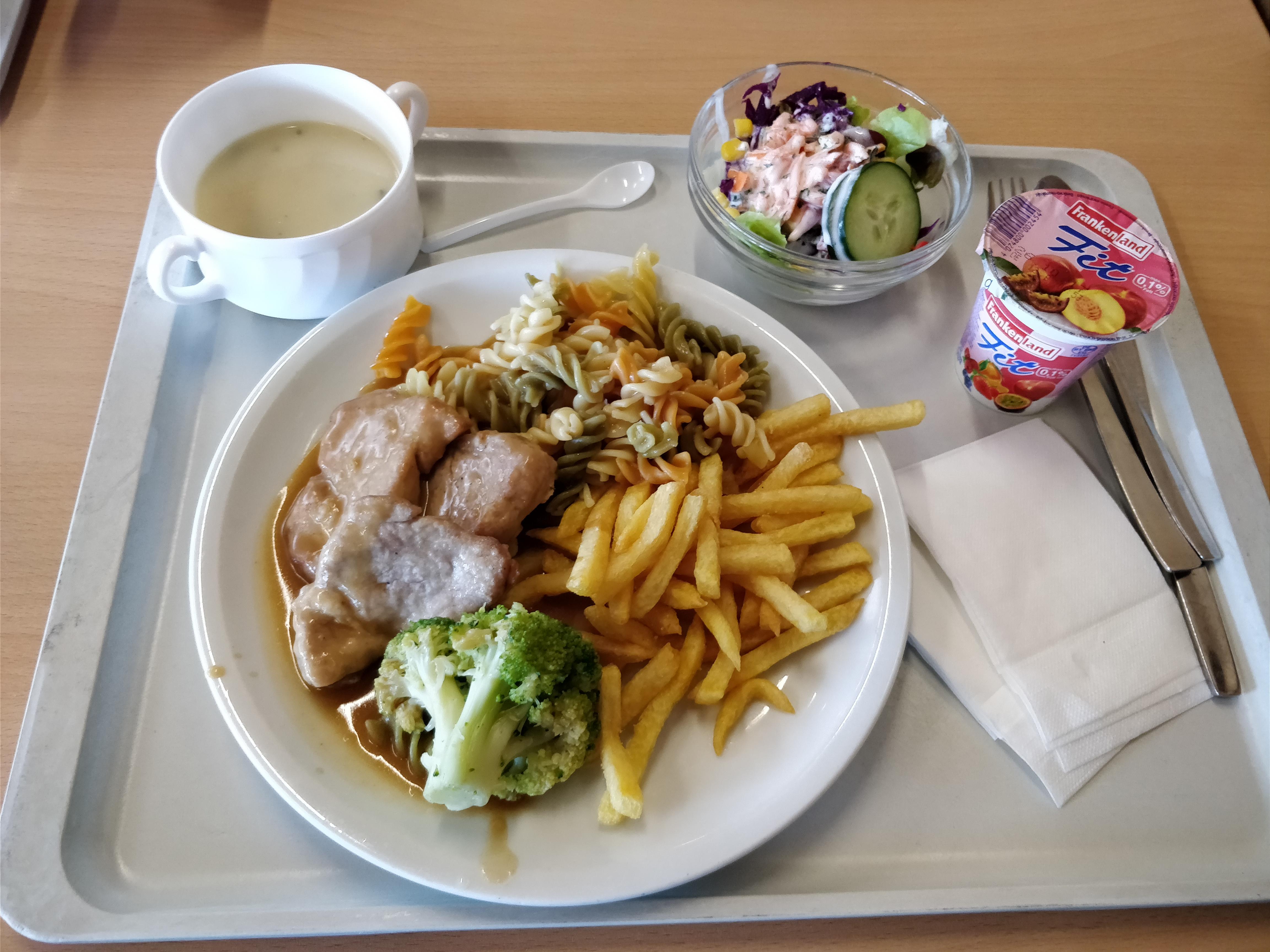 http://foodloader.net/nico_2017-09-21_schweinelendchen-nudeln-pommes-brokkoli-suppe-salat-joghurt.jpg