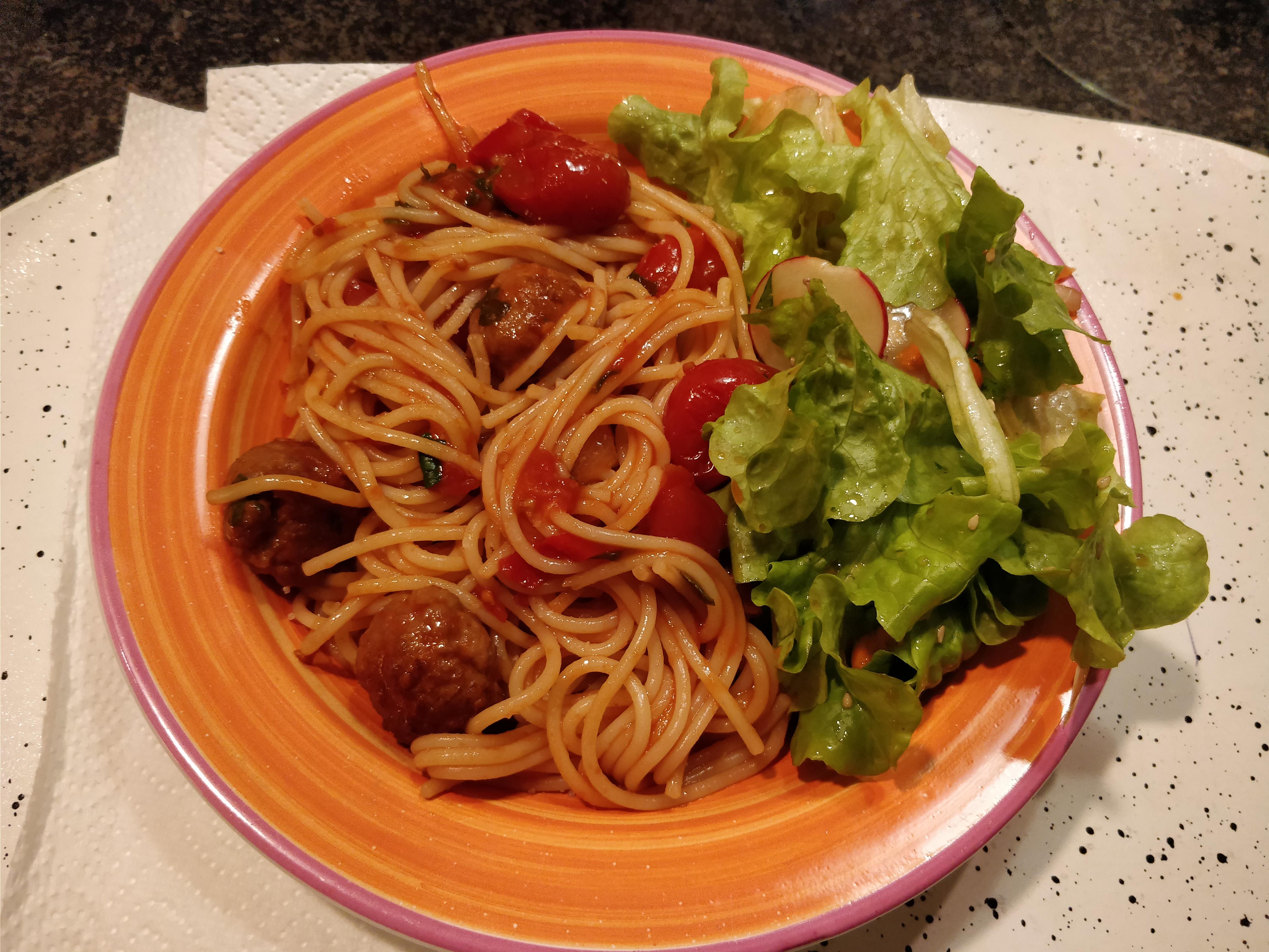 http://foodloader.net/nico_2017-09-25_spaghetti-tomaten-salsiccia-sauce-und-salat.jpg