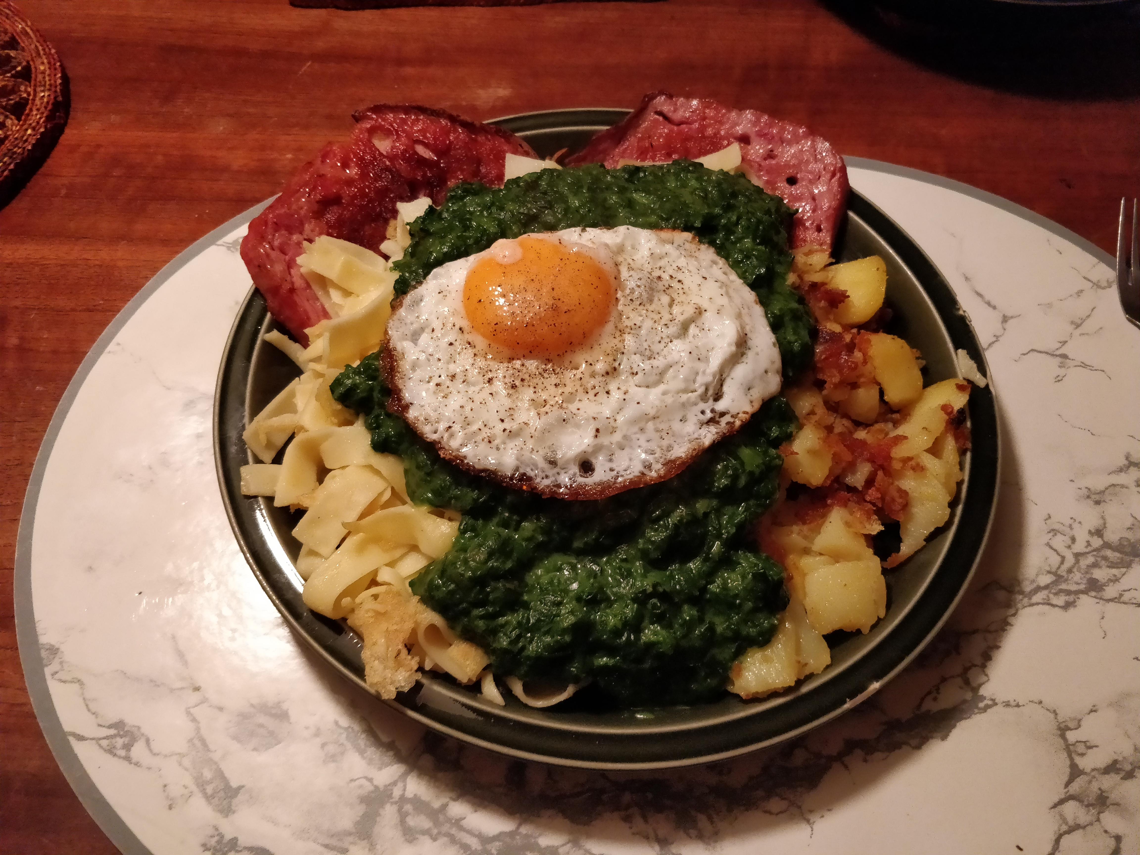 http://foodloader.net/nico_2017-10-04_fleischkaese-nudeln-bratkartoffeln-spinat-spiegelei.jpg