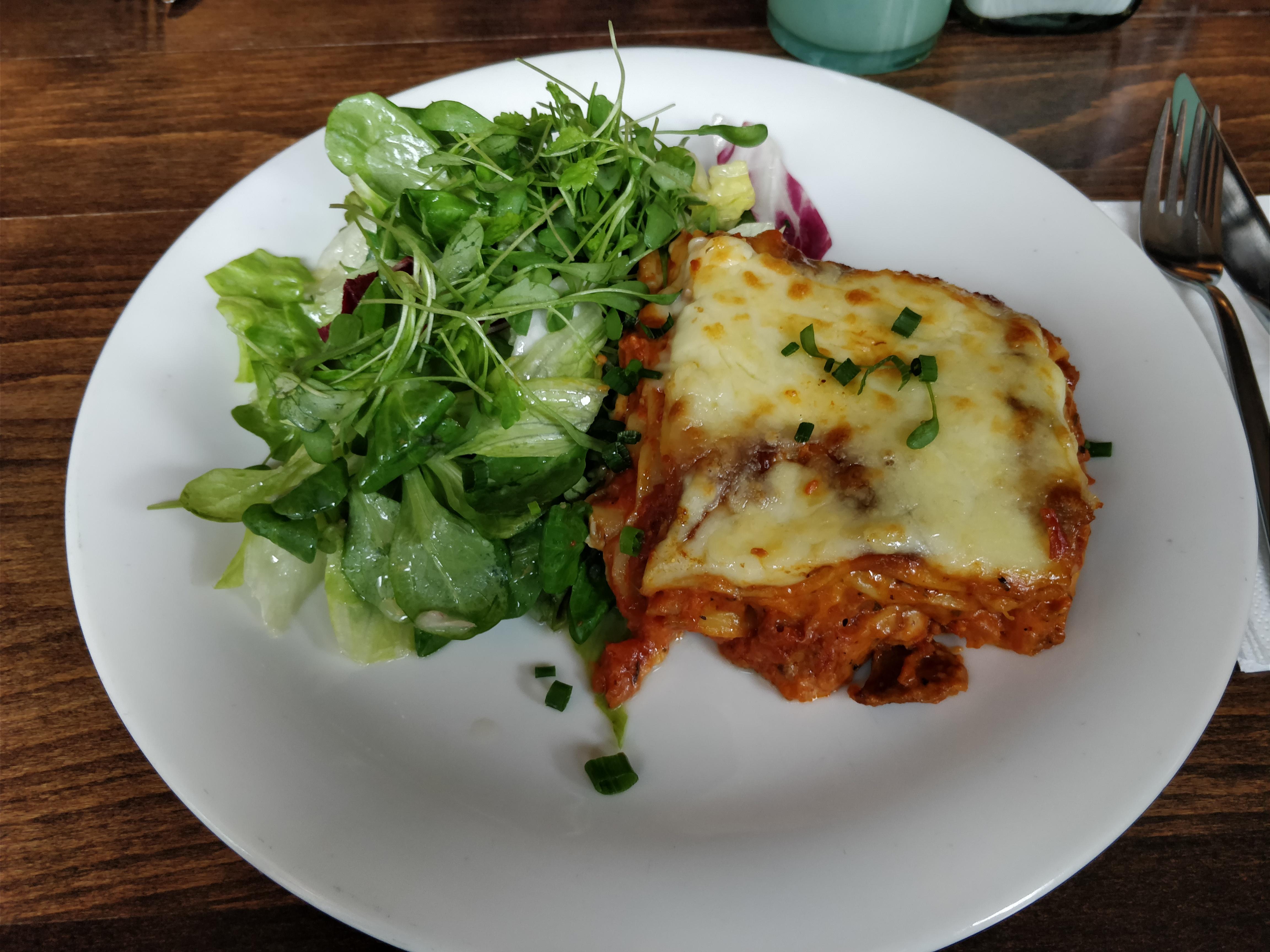 http://foodloader.net/nico_2017-10-12_lasange-mit-salat.jpg