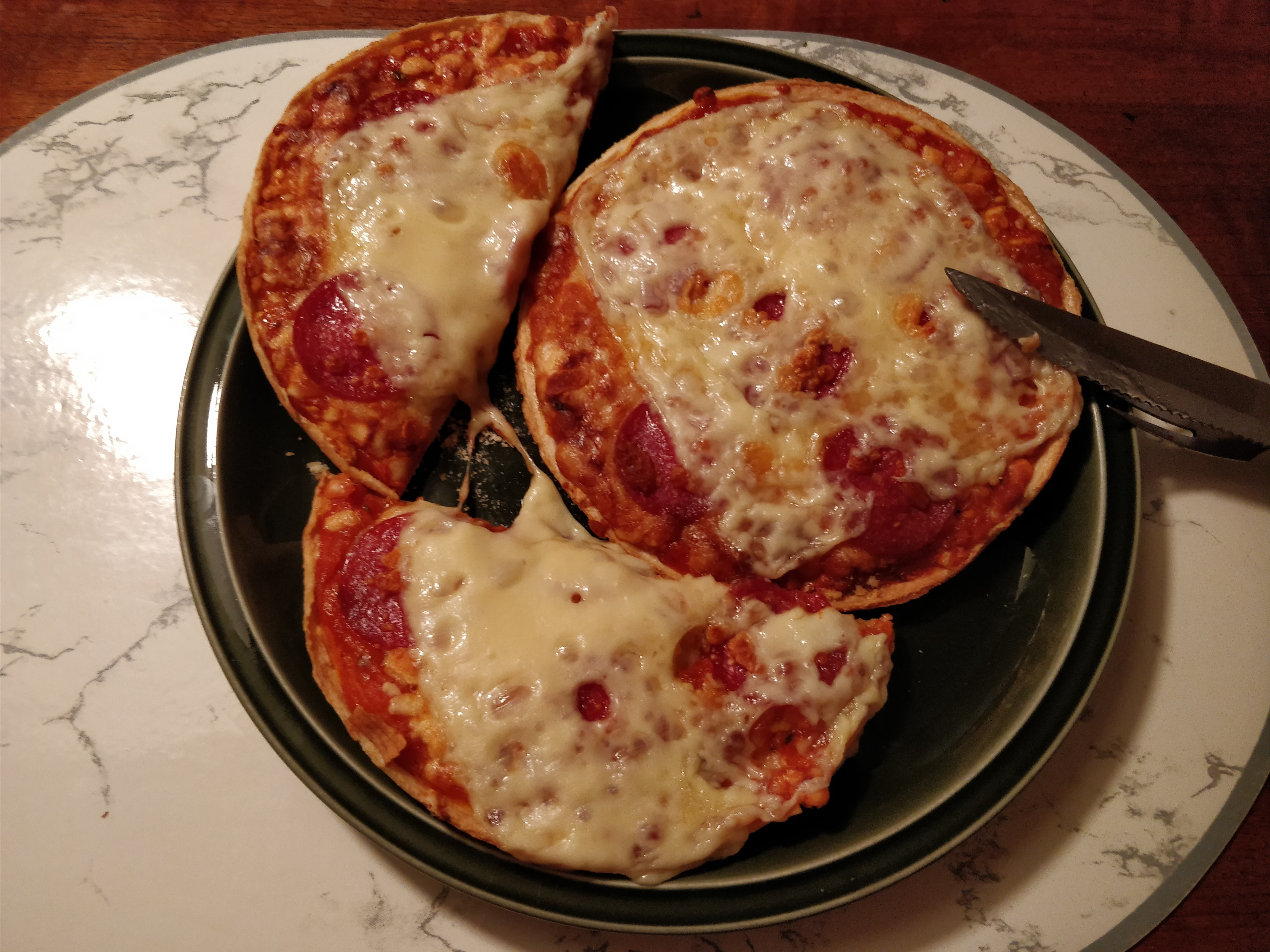 https://foodloader.net/nico_2017-10-16_zwei-mini-salami-pizzen.jpg