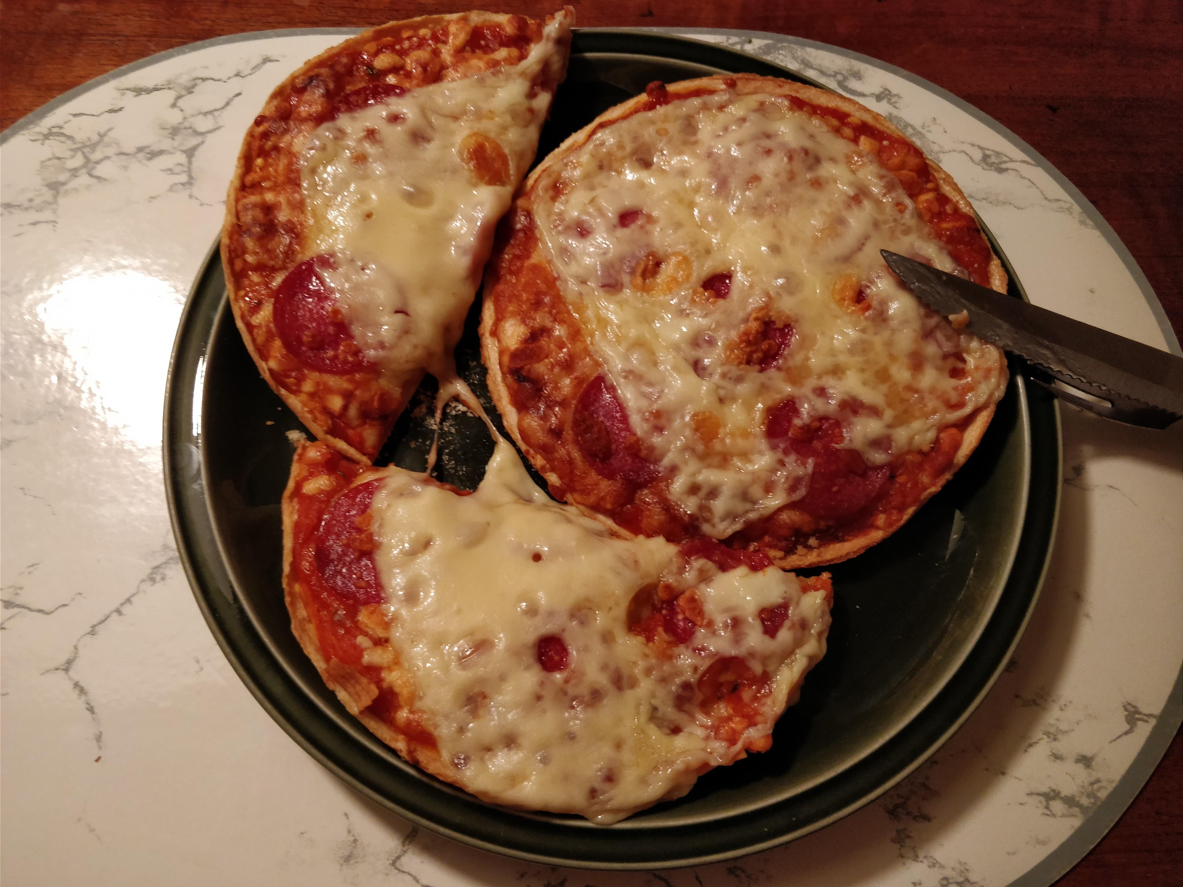 http://foodloader.net/nico_2017-10-16_zwei-mini-salami-pizzen.jpg