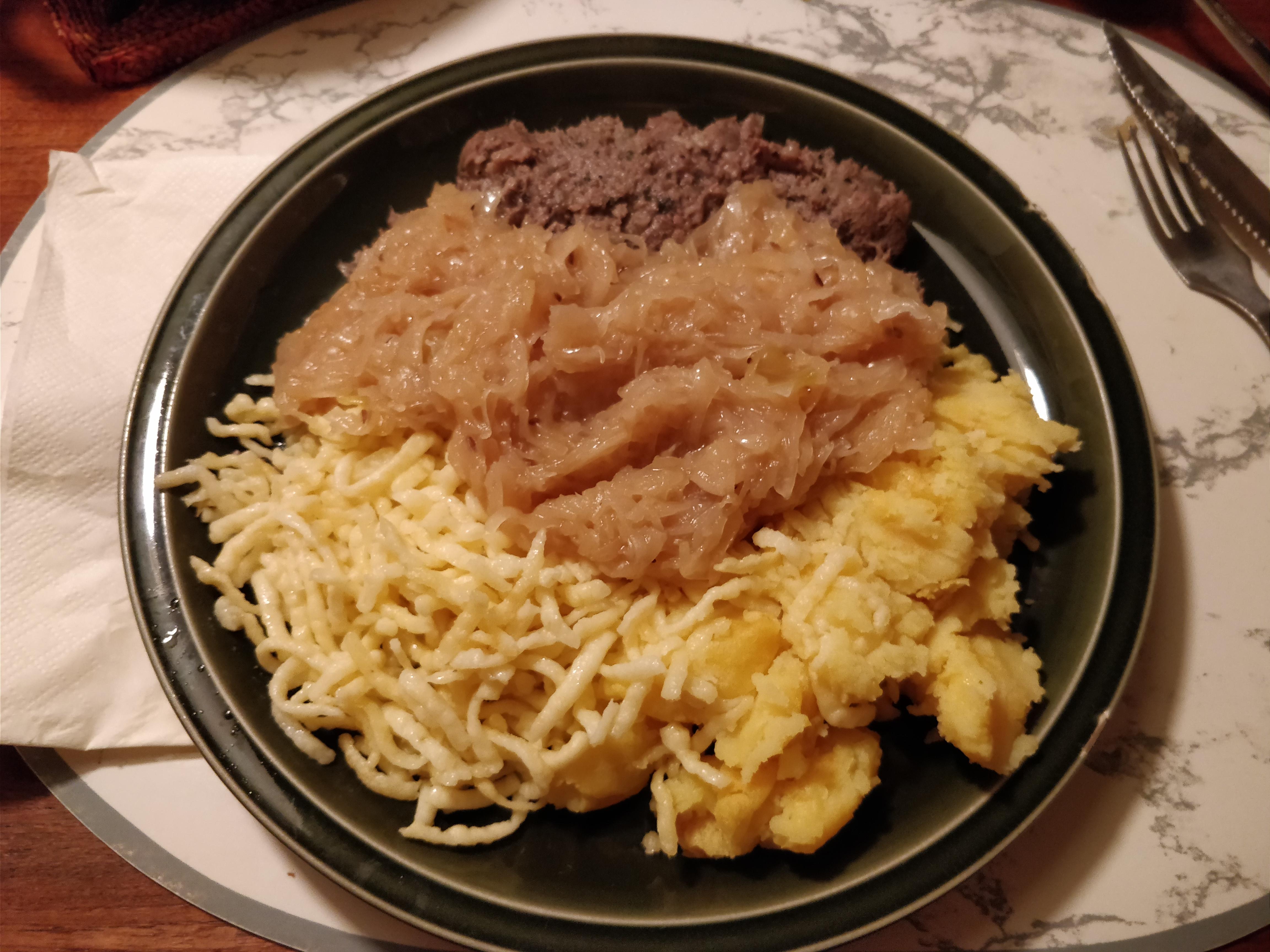 https://foodloader.net/nico_2017-10-18_leberwurst-sauerkraut-kartoffelbrei-spaetzle.jpg