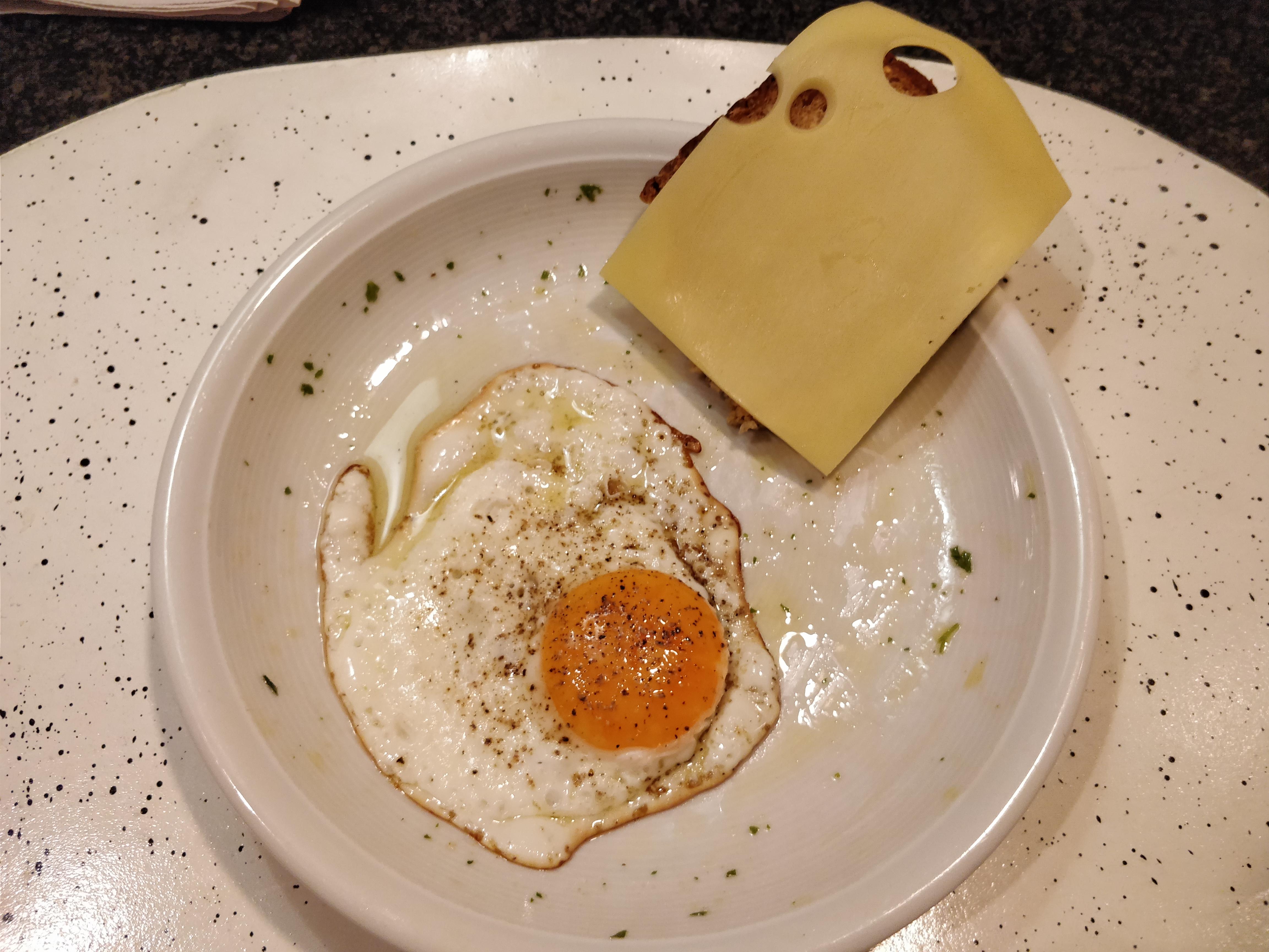 https://foodloader.net/nico_2017-10-23_spiegelei-kaesebrot.jpg