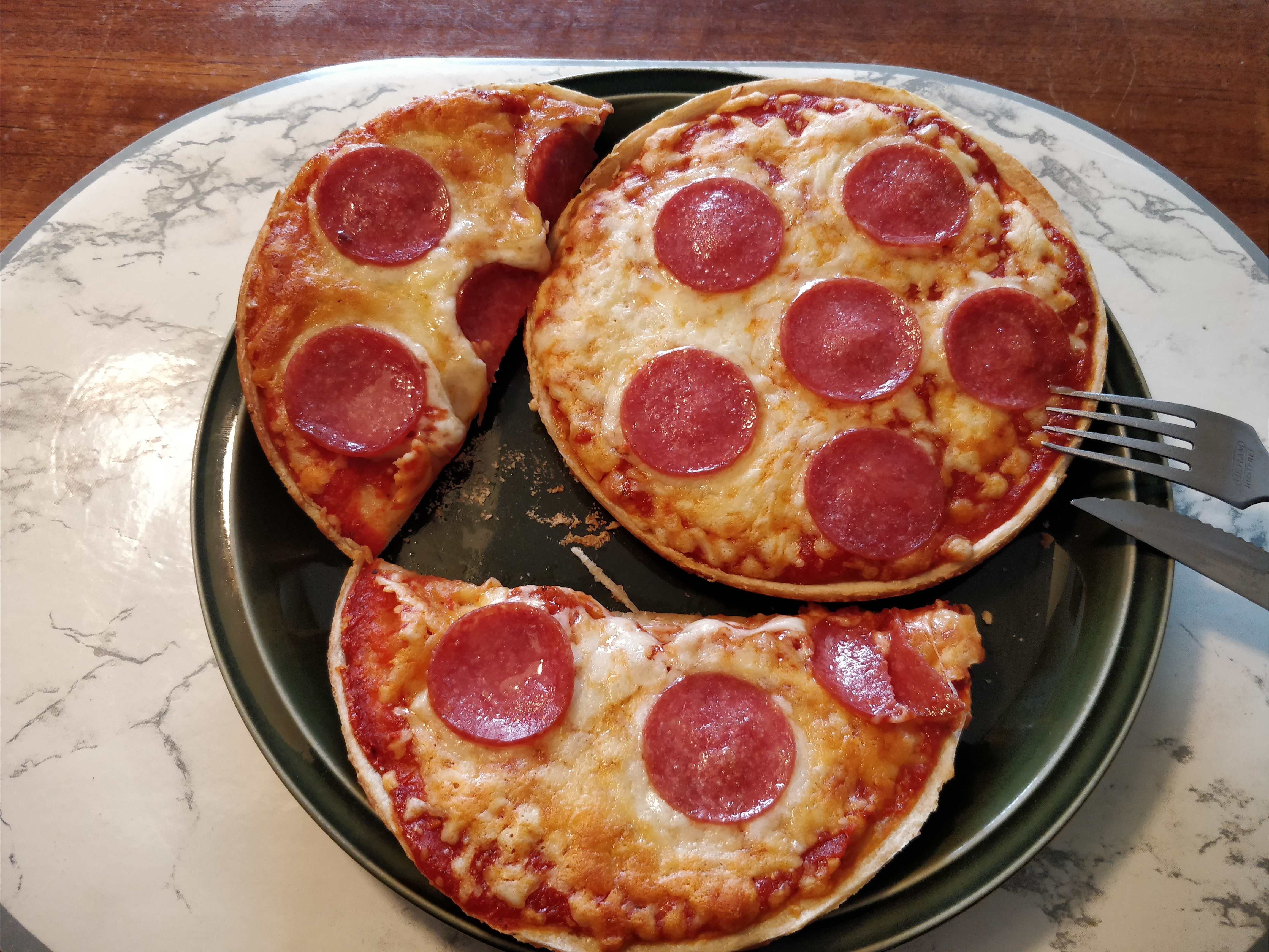 http://foodloader.net/nico_2017-10-29_zwei-mini-salami-pizzen.jpg