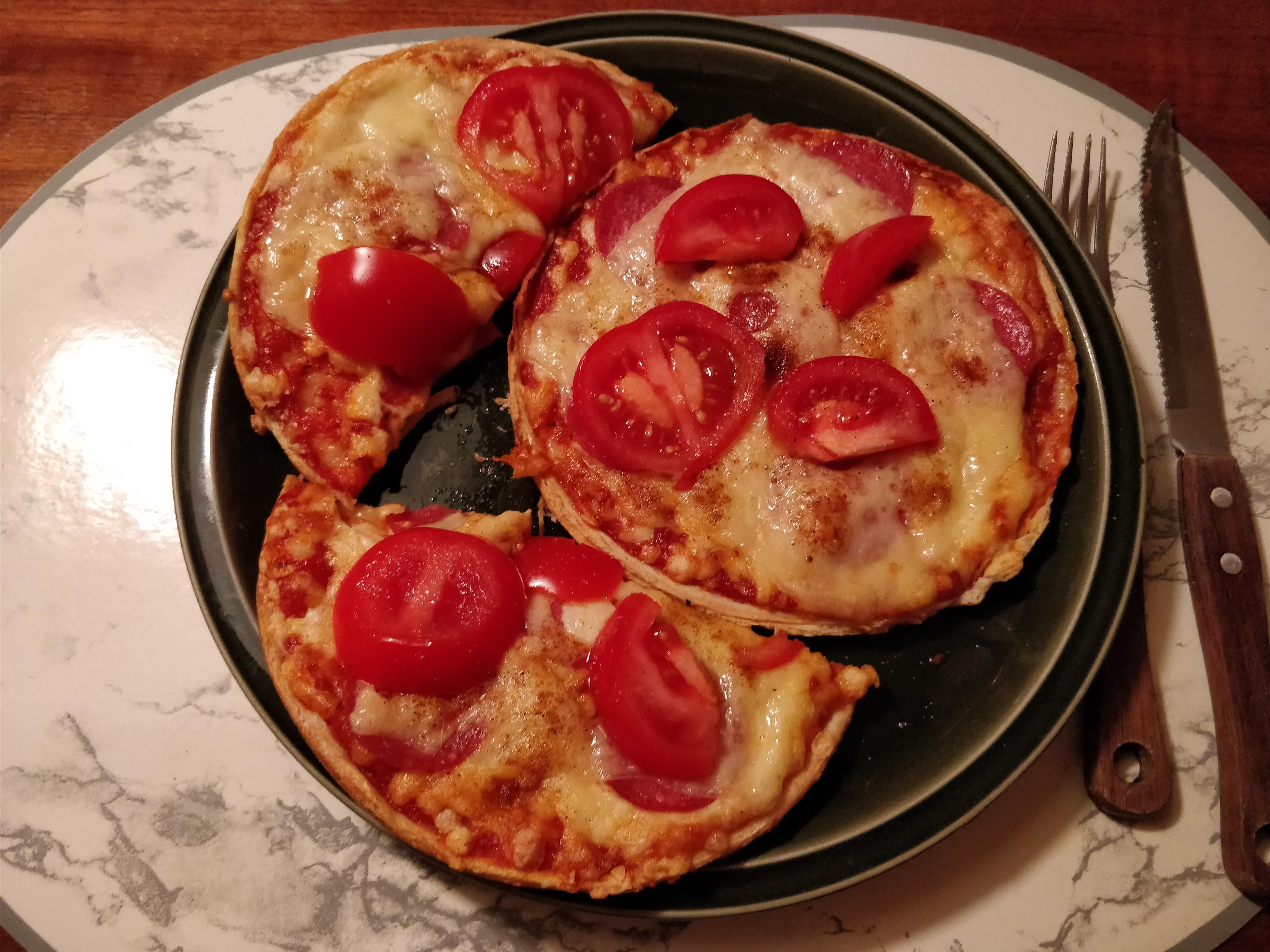http://foodloader.net/nico_2017-11-06_zwei-mini-salami-pizzen.jpg