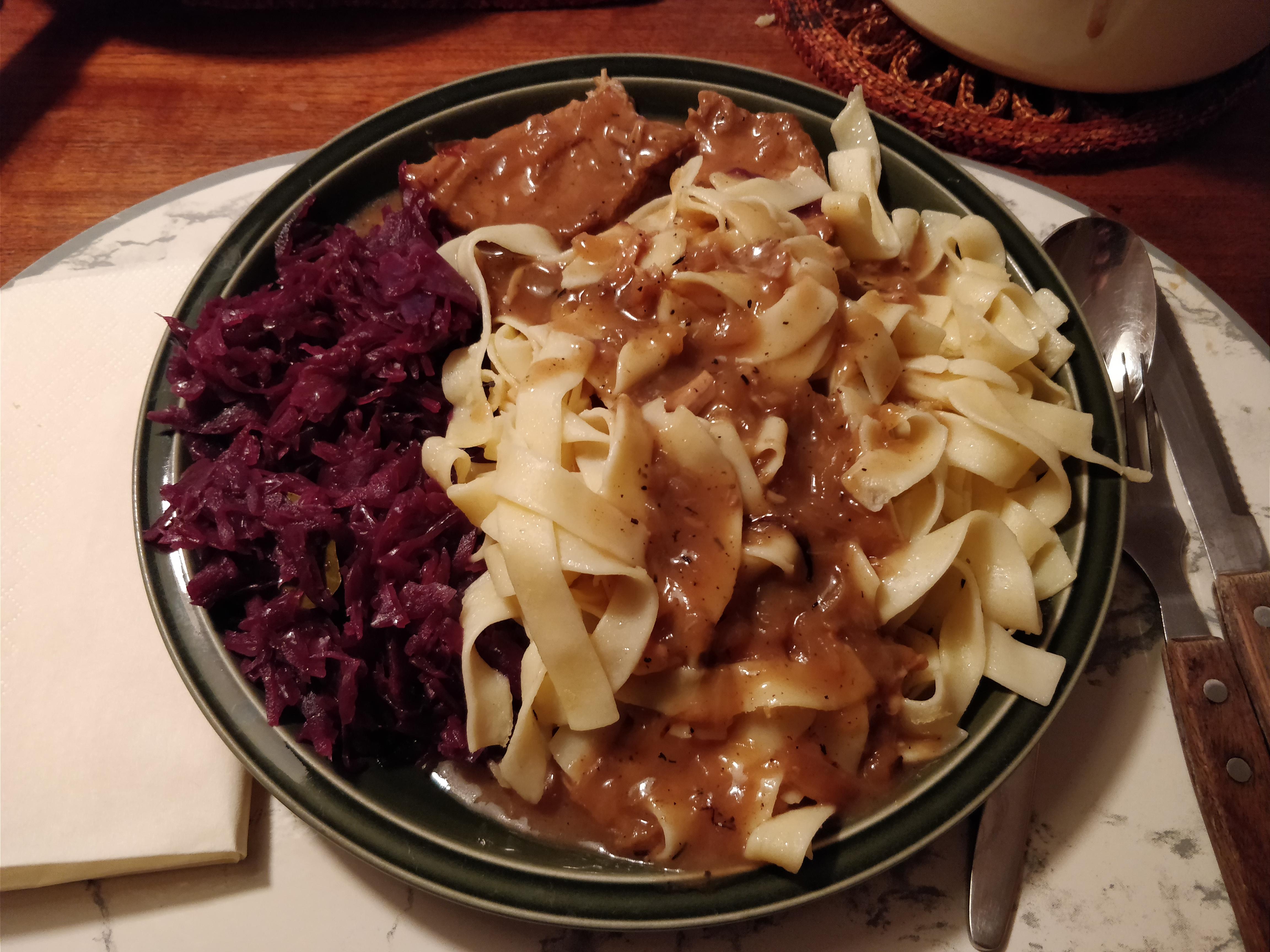 http://foodloader.net/nico_2017-11-29_schweinebraten-rotkraut-nudeln.jpg
