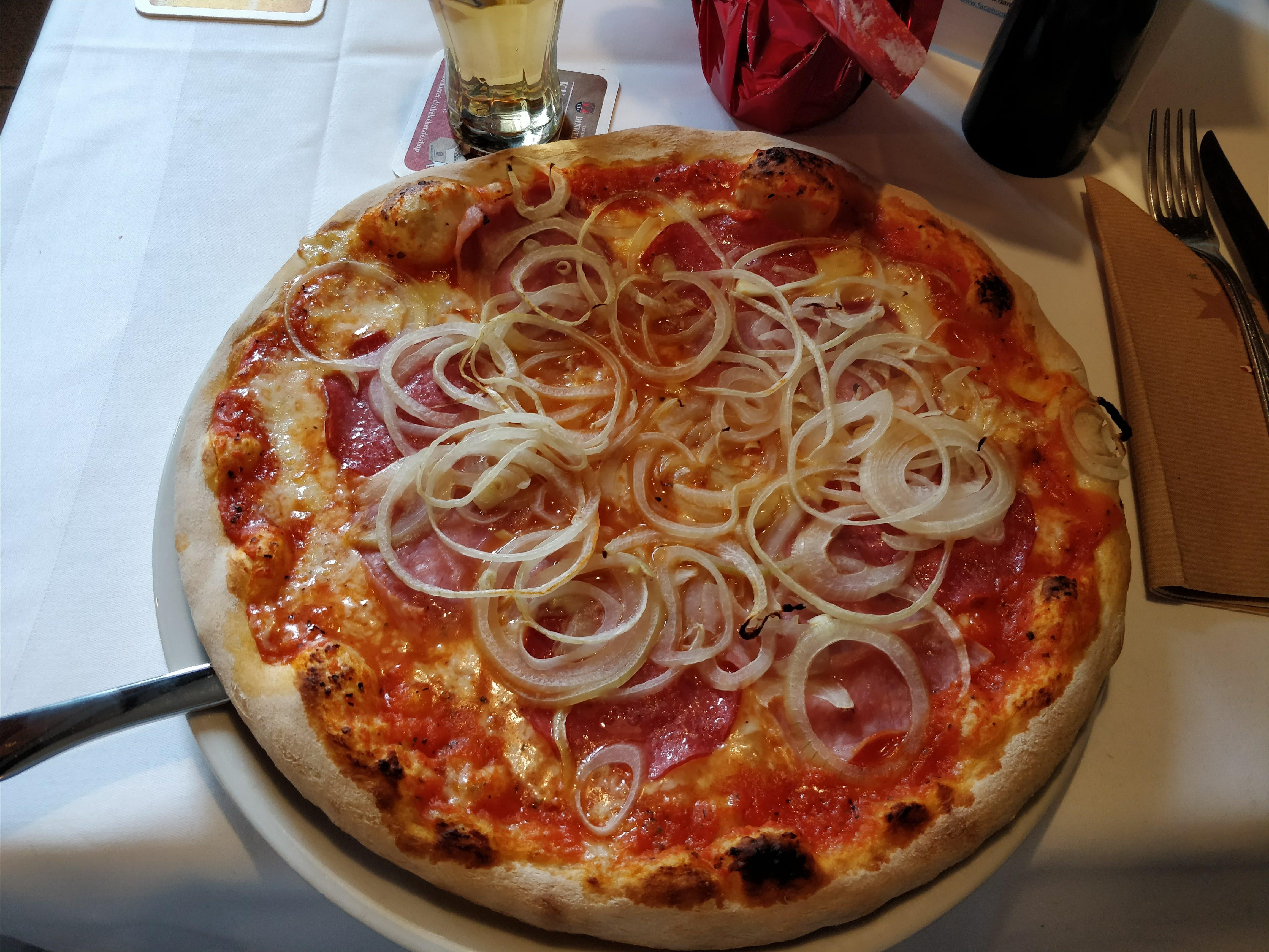 https://foodloader.net/nico_2017-12-18_pizza-schinken-salami-zwiebeln.jpg