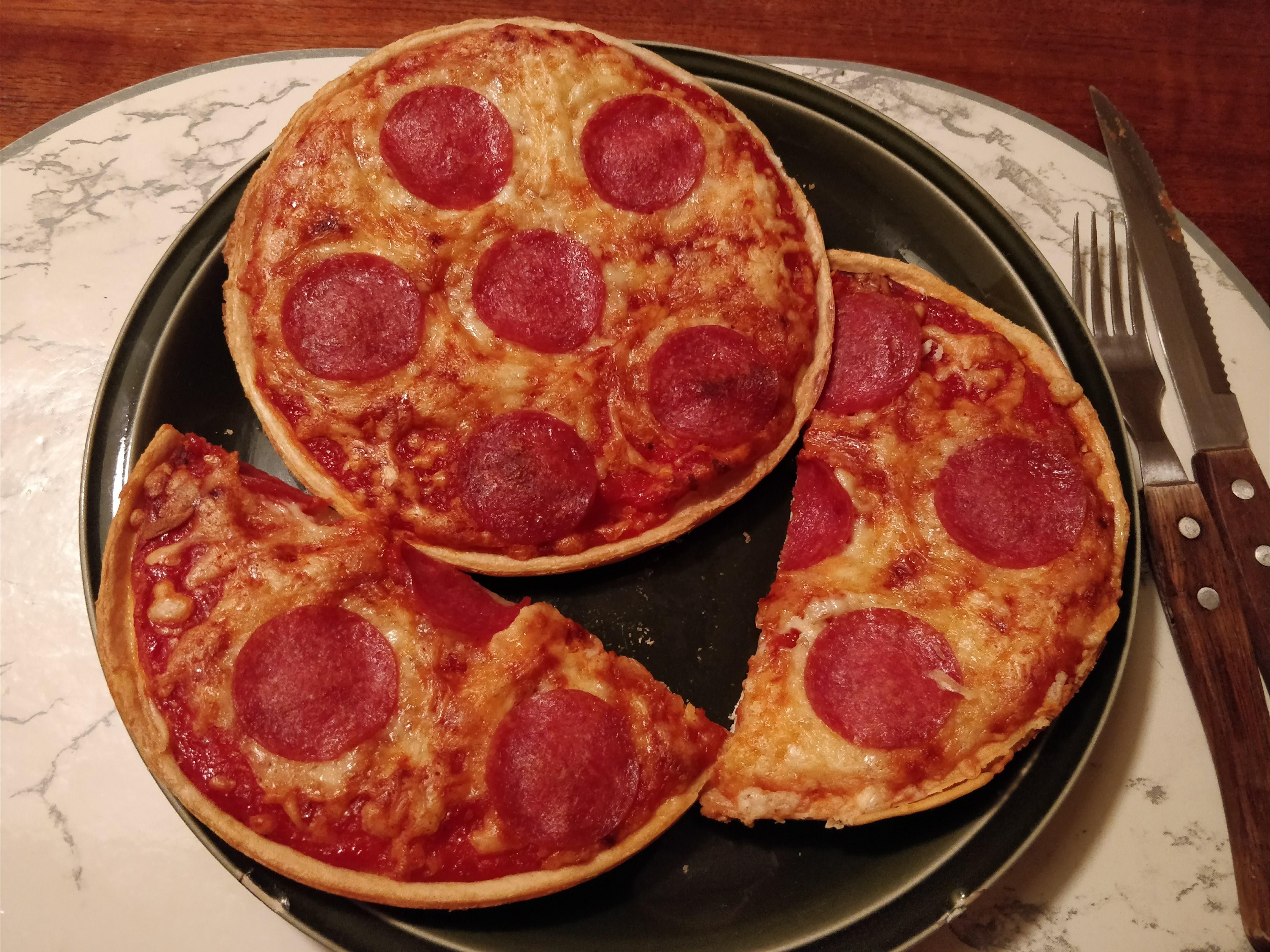 https://foodloader.net/nico_2017-12-26_zwei-mini-salami-pizzen.jpg