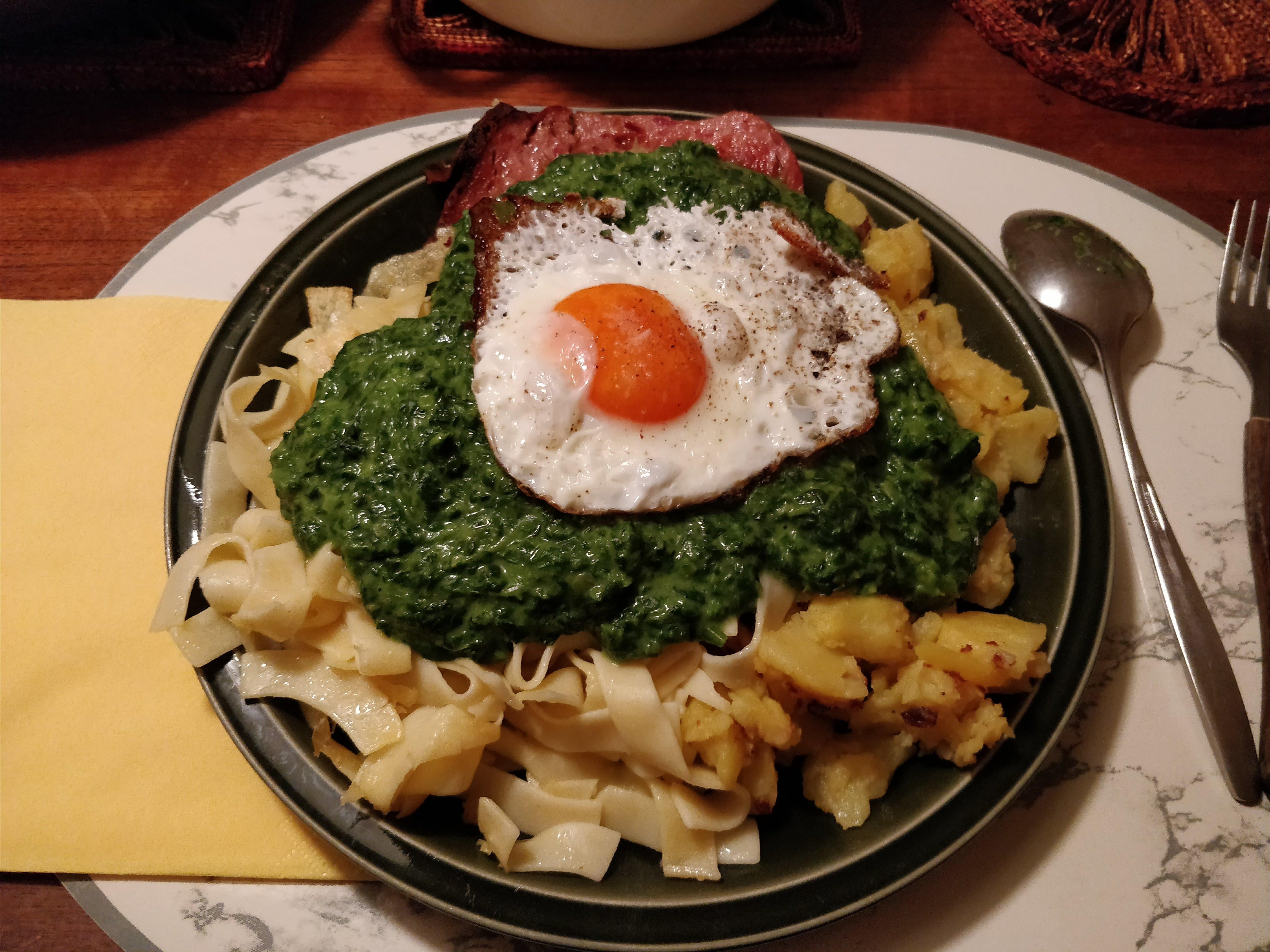 https://foodloader.net/nico_2018-01-03_fleischkaese-spinat-bratkartoffeln-spiegelei.jpg