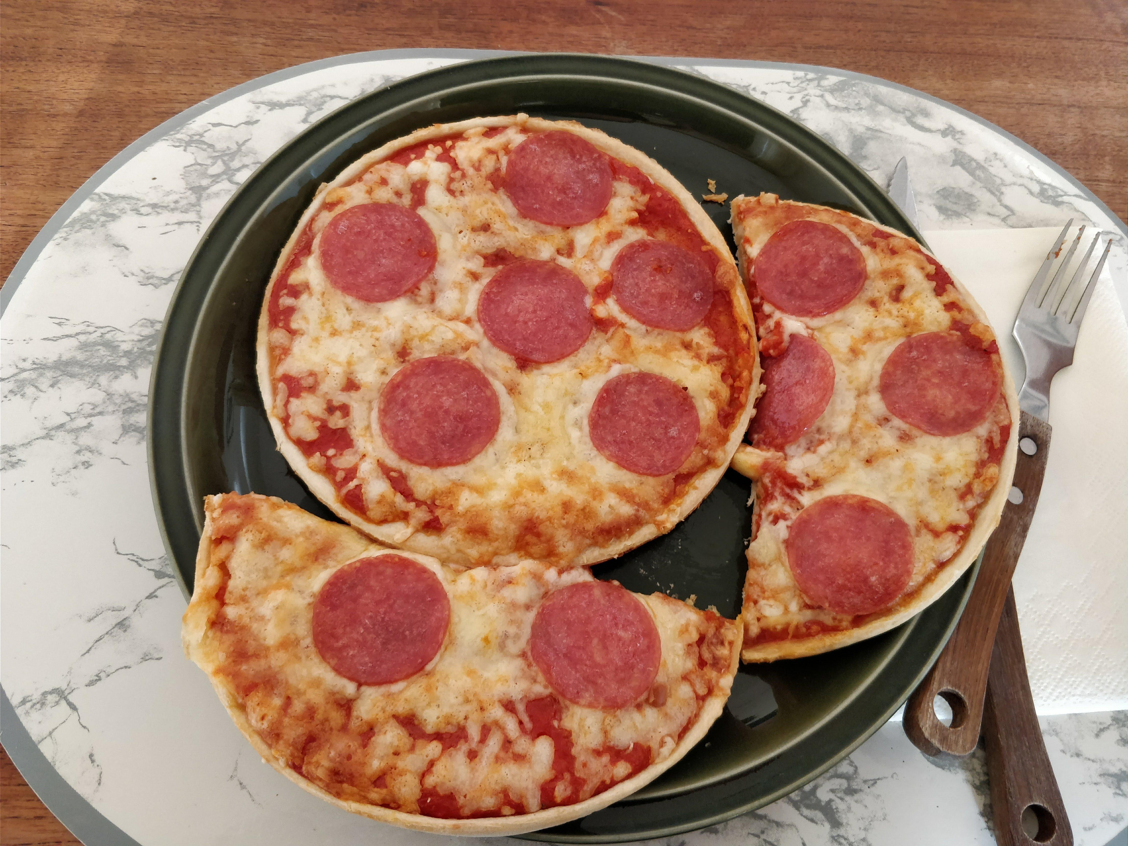 http://foodloader.net/nico_2018-02-03_zwei-mini-salami-pizzen.jpg