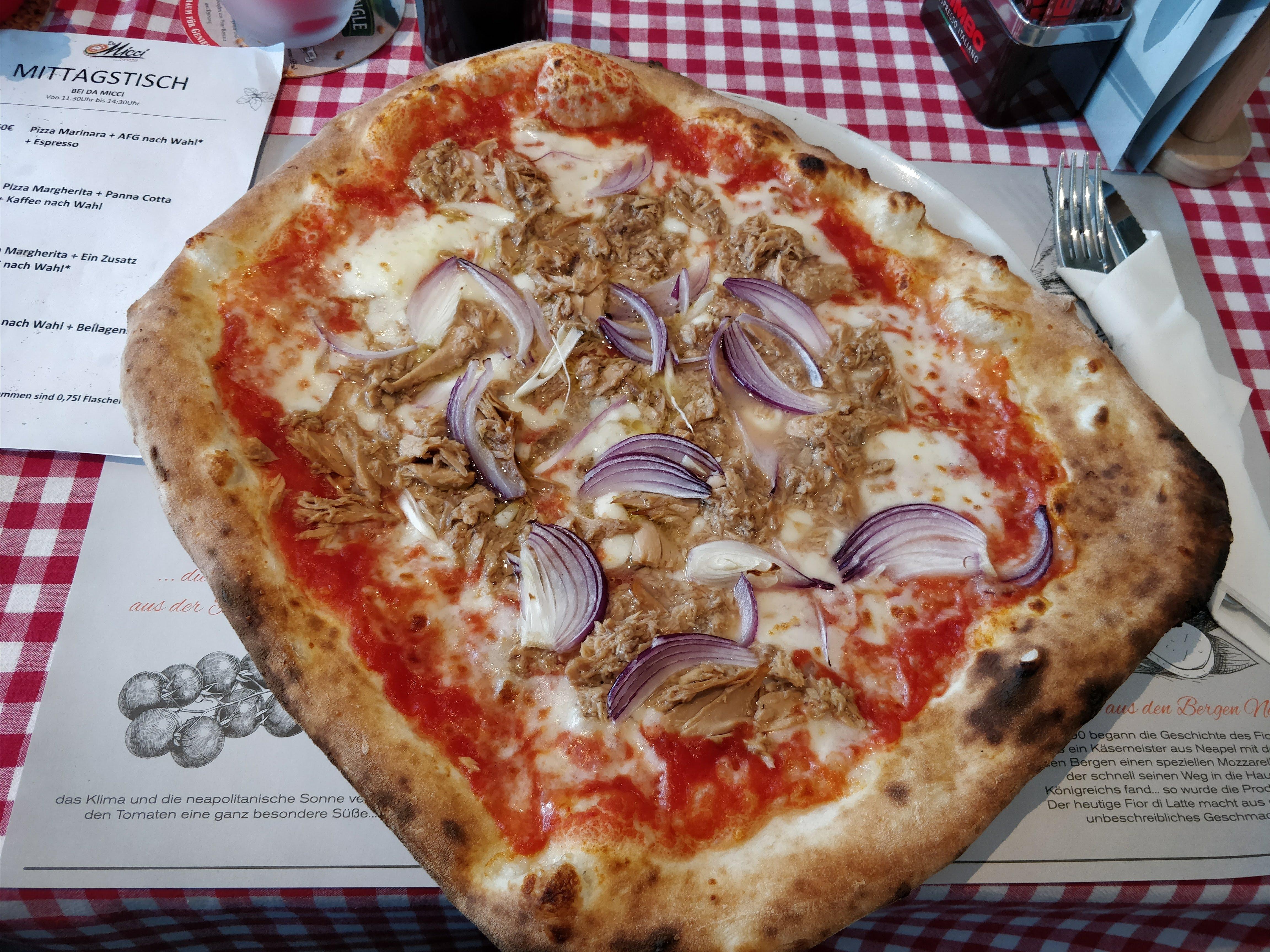 https://foodloader.net/nico_2018-03-01_pizza-thunfisch-zwiebeln.jpg