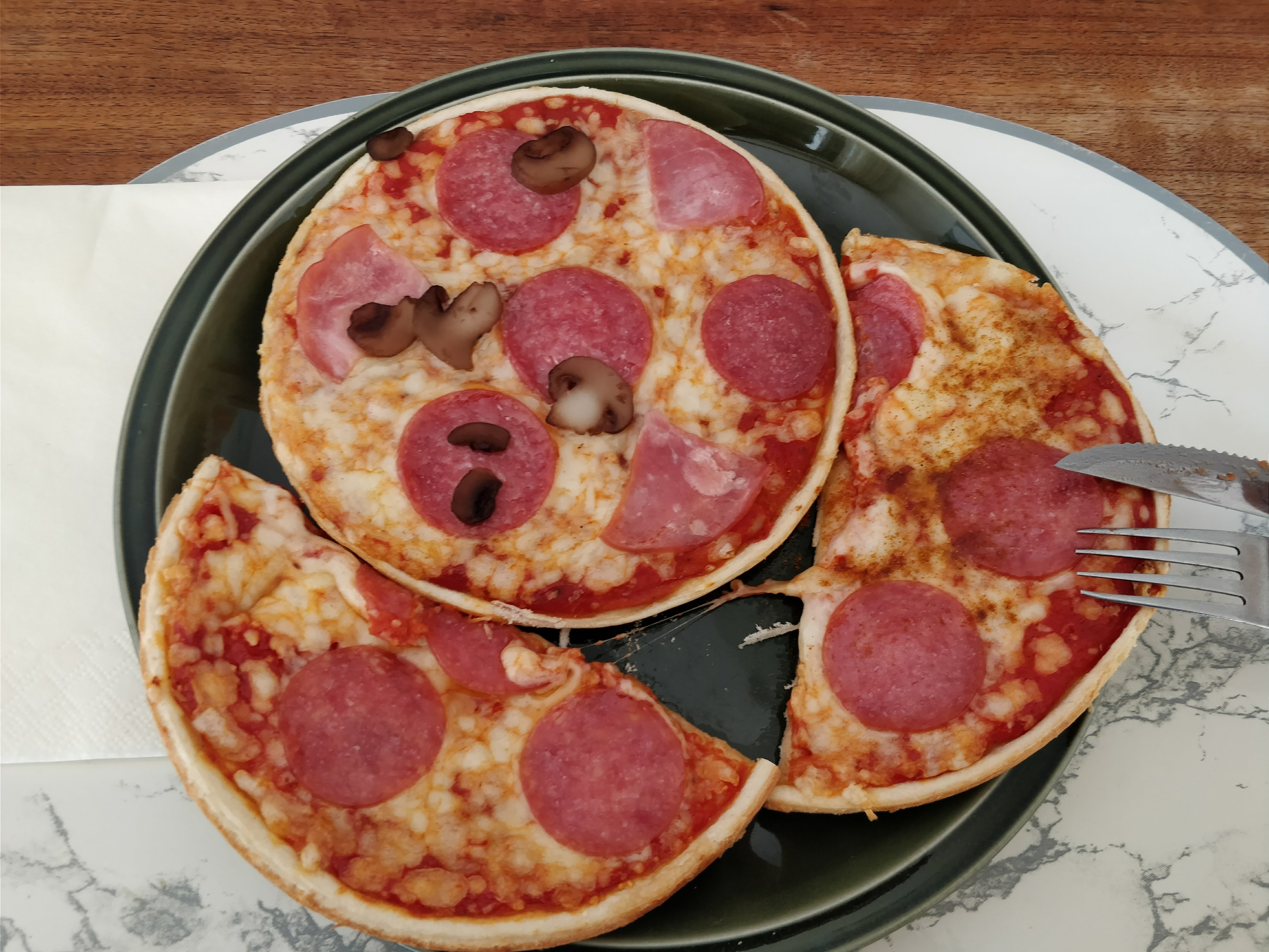 http://foodloader.net/nico_2018-03-03_zwei-mini-salami-pizzen.jpg