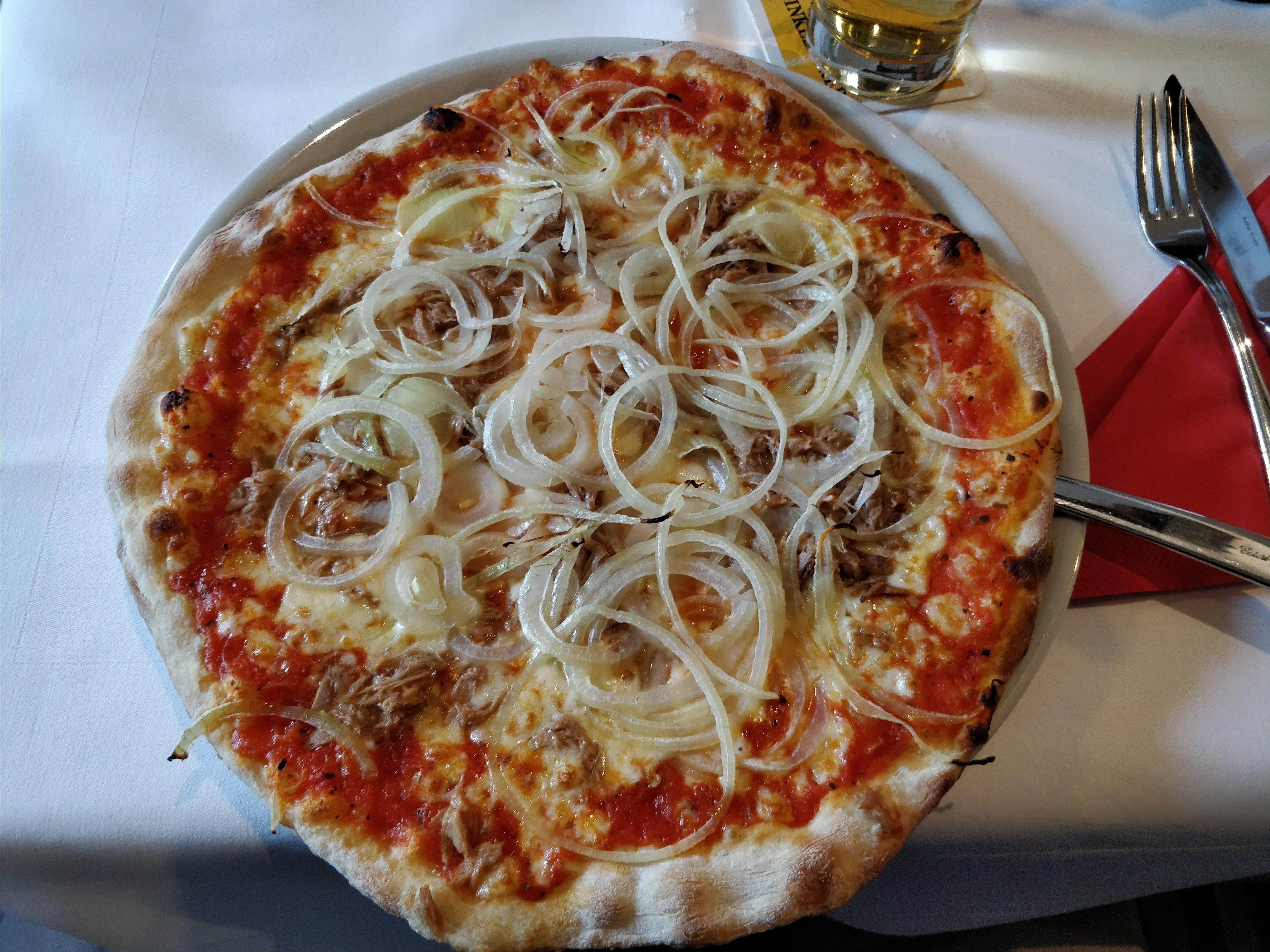 http://foodloader.net/nico_2018-03-09_pizza-thunfisch-zwiebeln.jpg