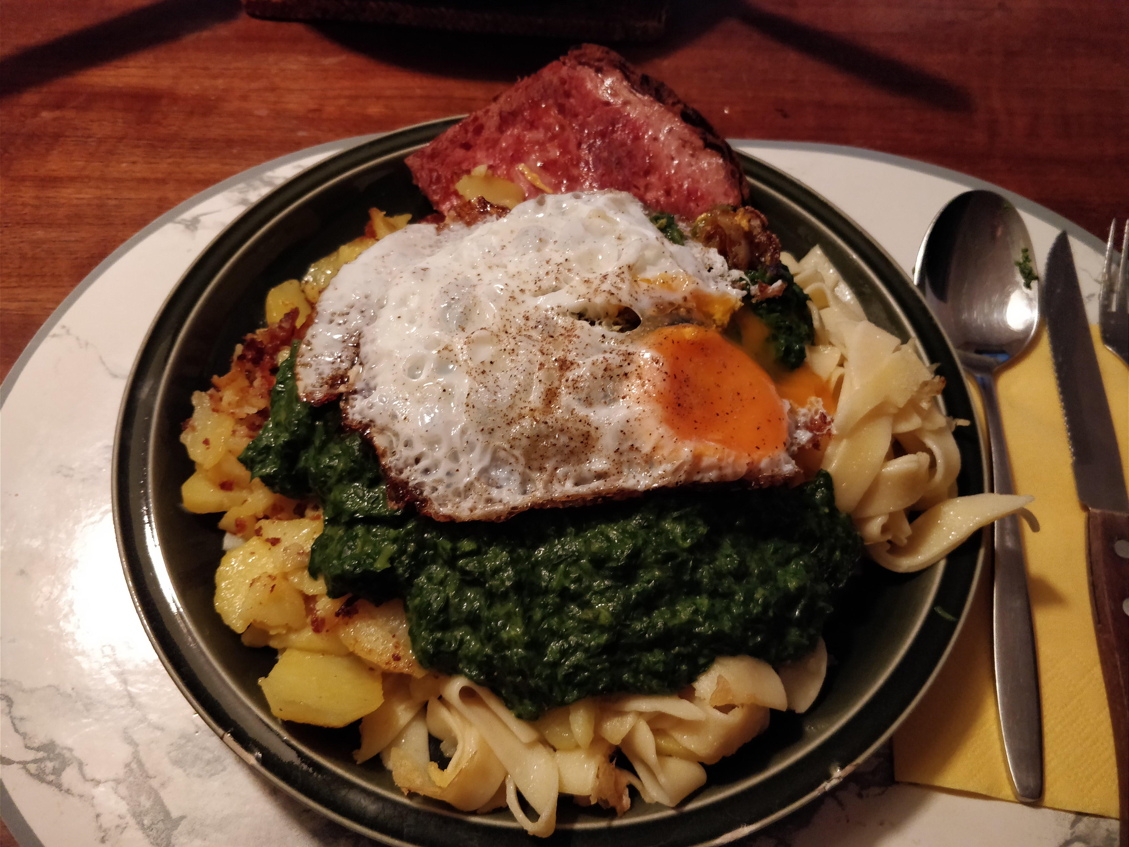 https://foodloader.net/nico_2018-03-21_fleischkaese-spinat-bratkartoffeln-spiegelei.jpg