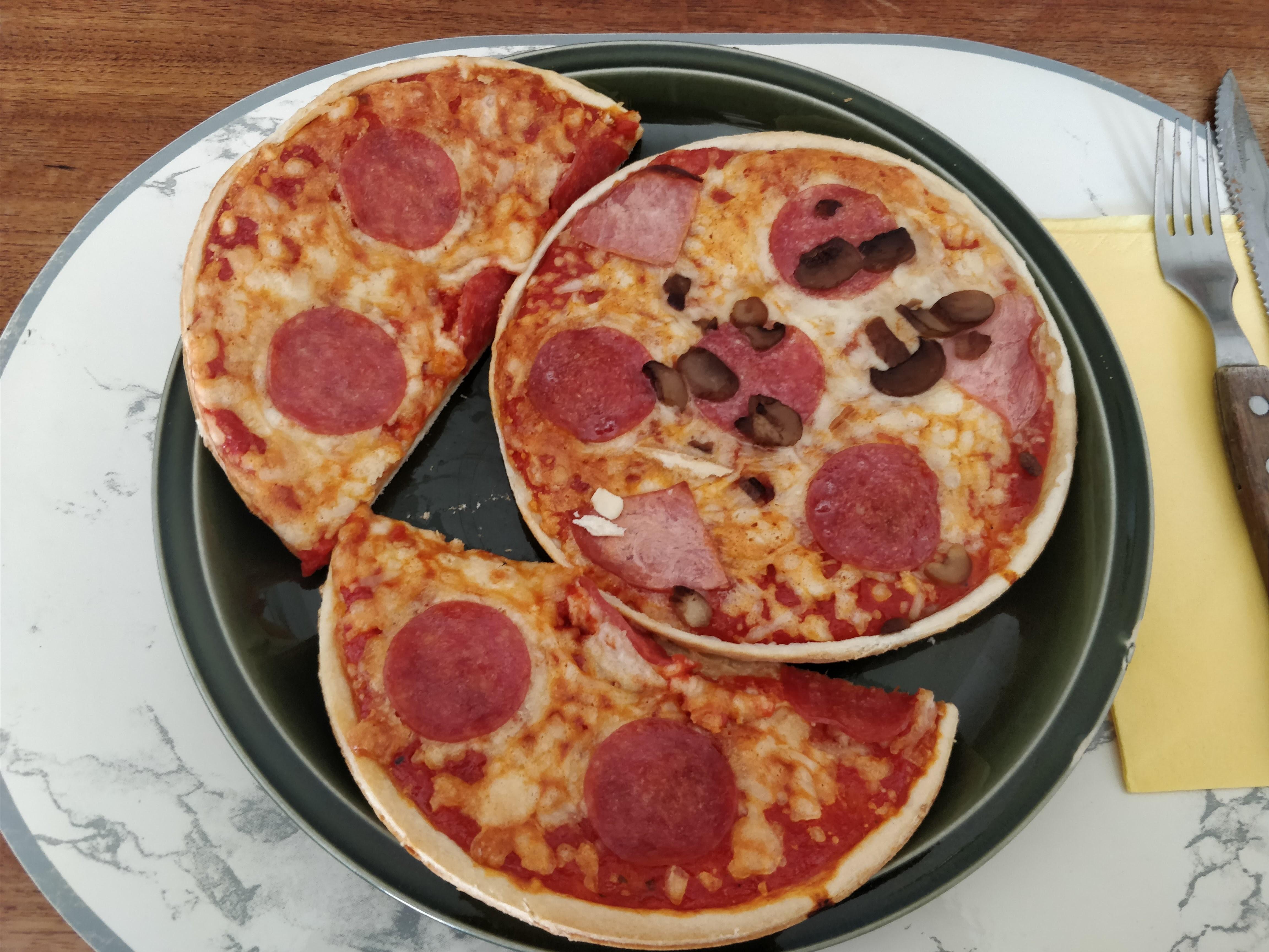 https://foodloader.net/nico_2018-03-31_zwei-mini-salami-pizzen.jpg