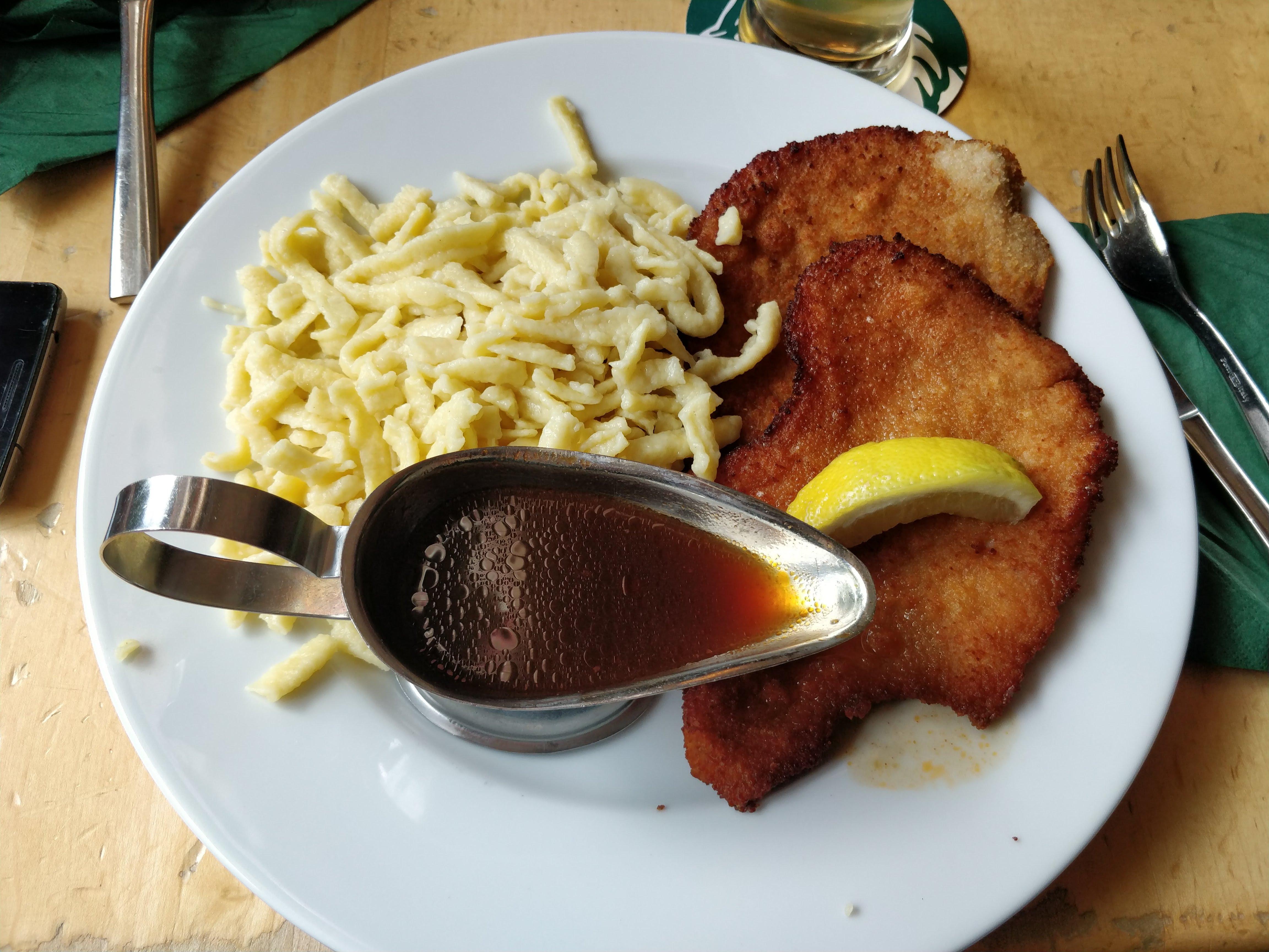http://foodloader.net/nico_2018-05-11_panierte-schnitzel-mit-spaetzle.jpg