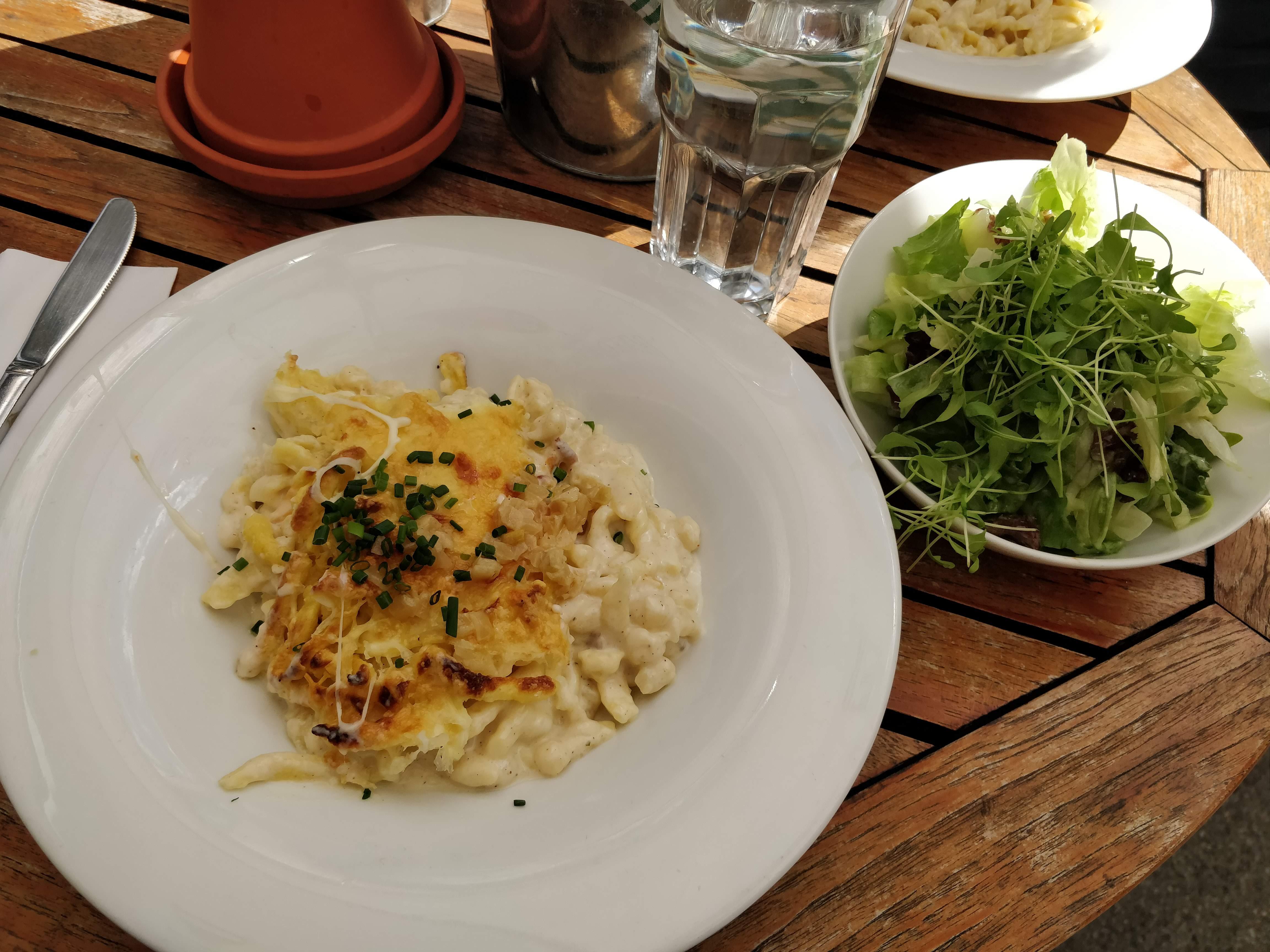 https://foodloader.net/nico_2018-08-10_kaesespaetzle-mit-salat.jpg