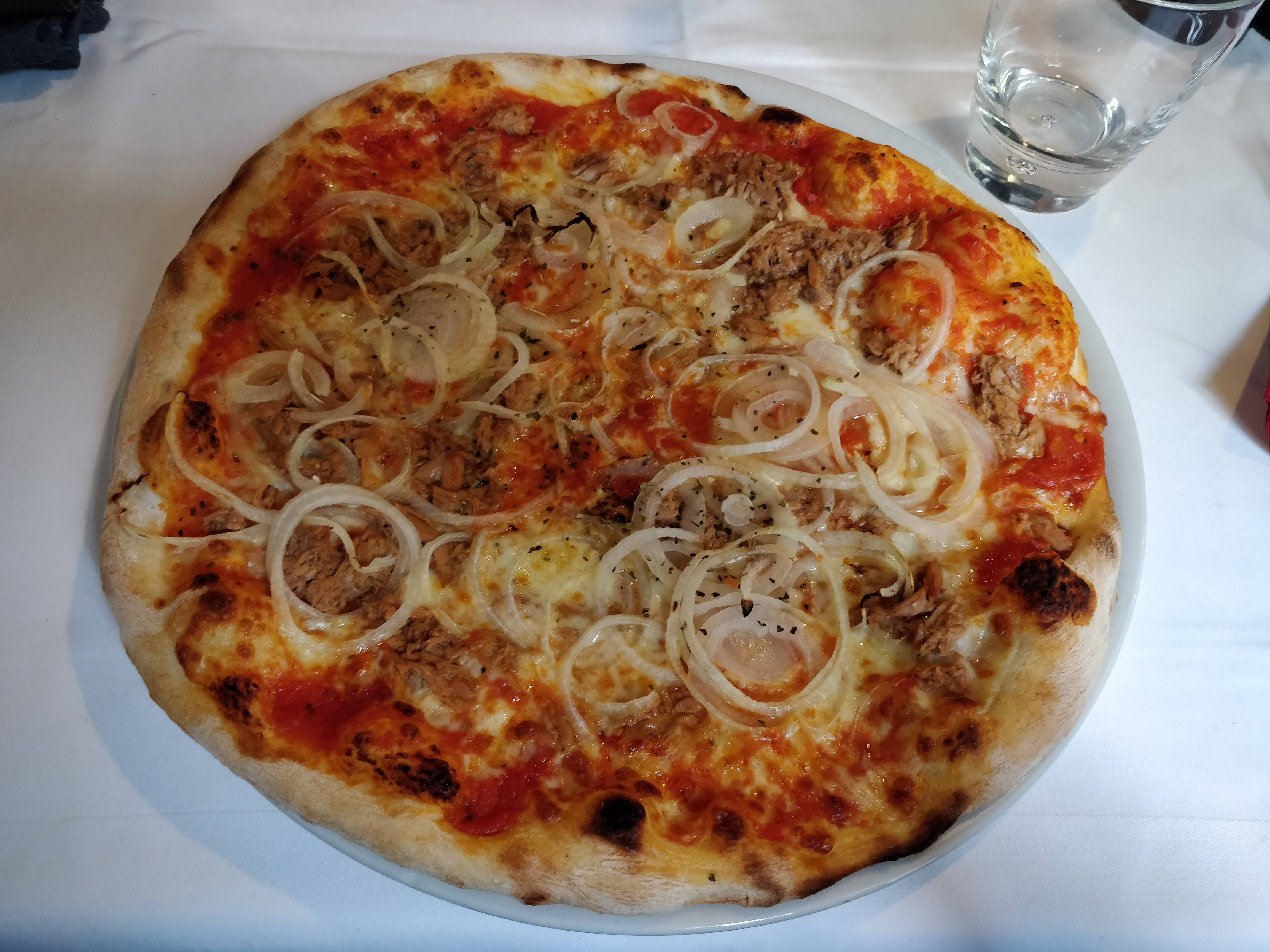 https://foodloader.net/nico_2018-09-24_pizza-thunfisch-zwiebeln.jpg