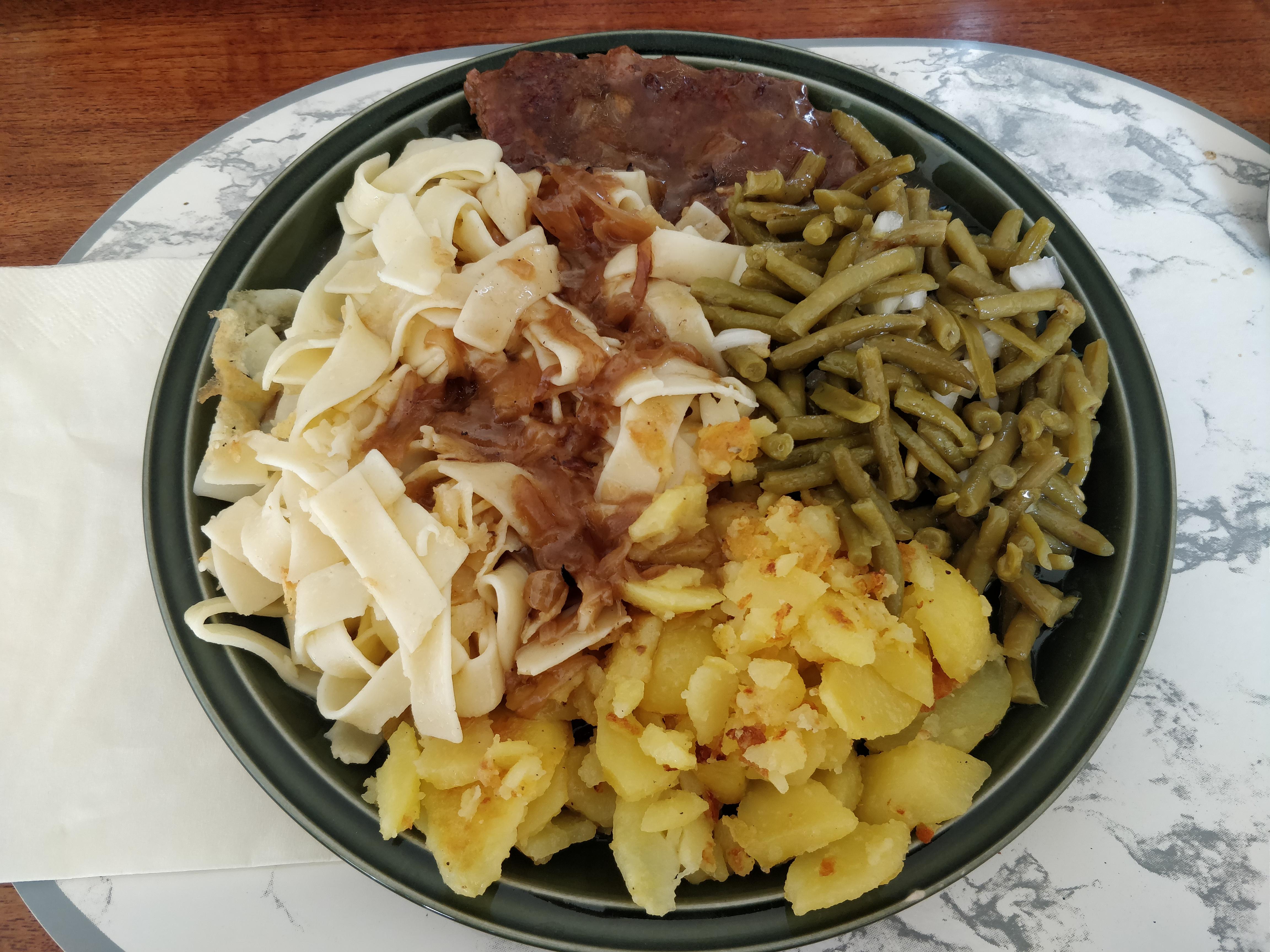 https://foodloader.net/nico_2018-10-17_rostbraten-bratkartoffeln-nudeln-bohnensalat.jpg
