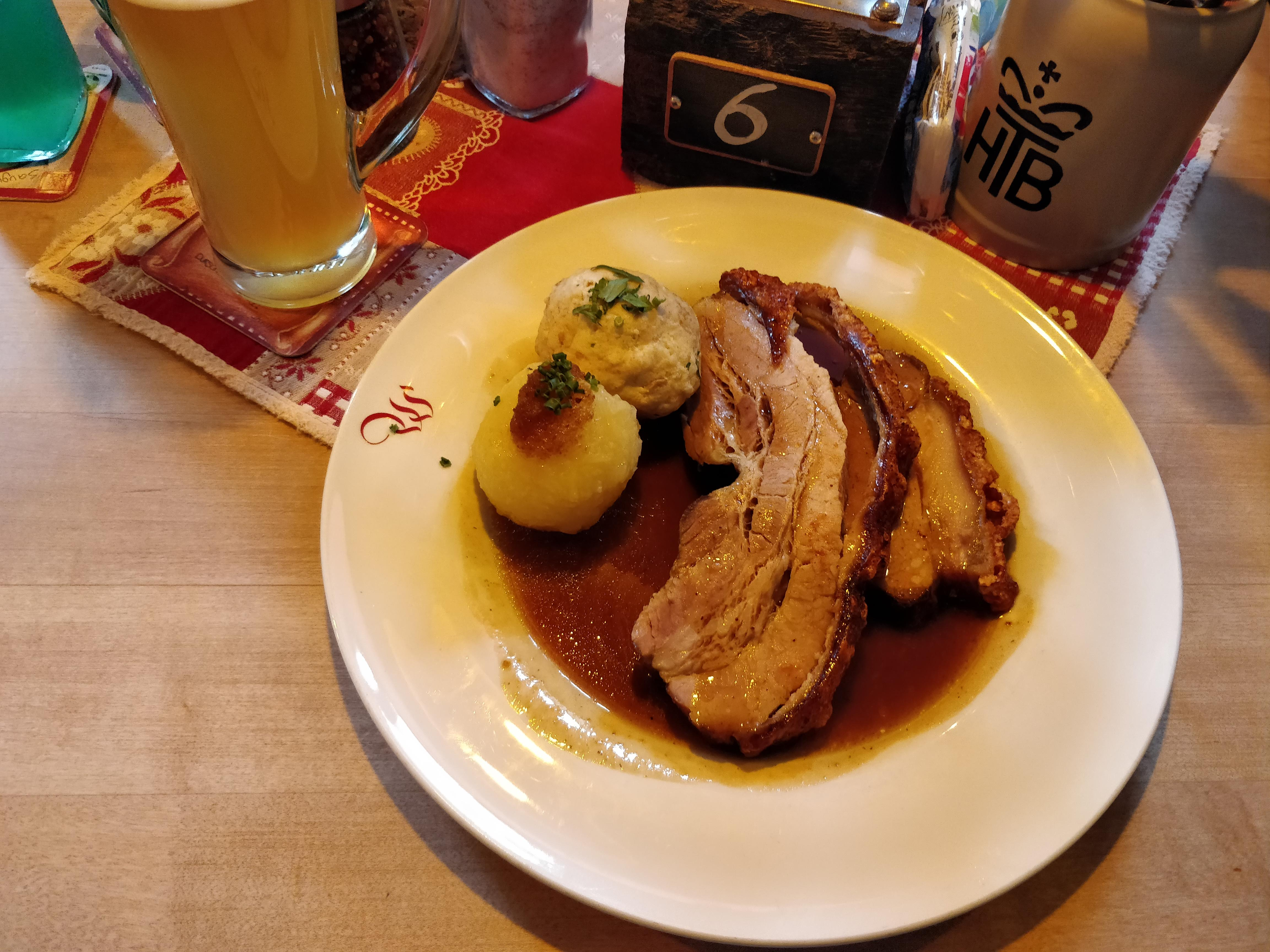 https://foodloader.net/nico_2018-11-02_krustenbraten-mit-semmelknoedel-und-kartoffelknoedel.jpg