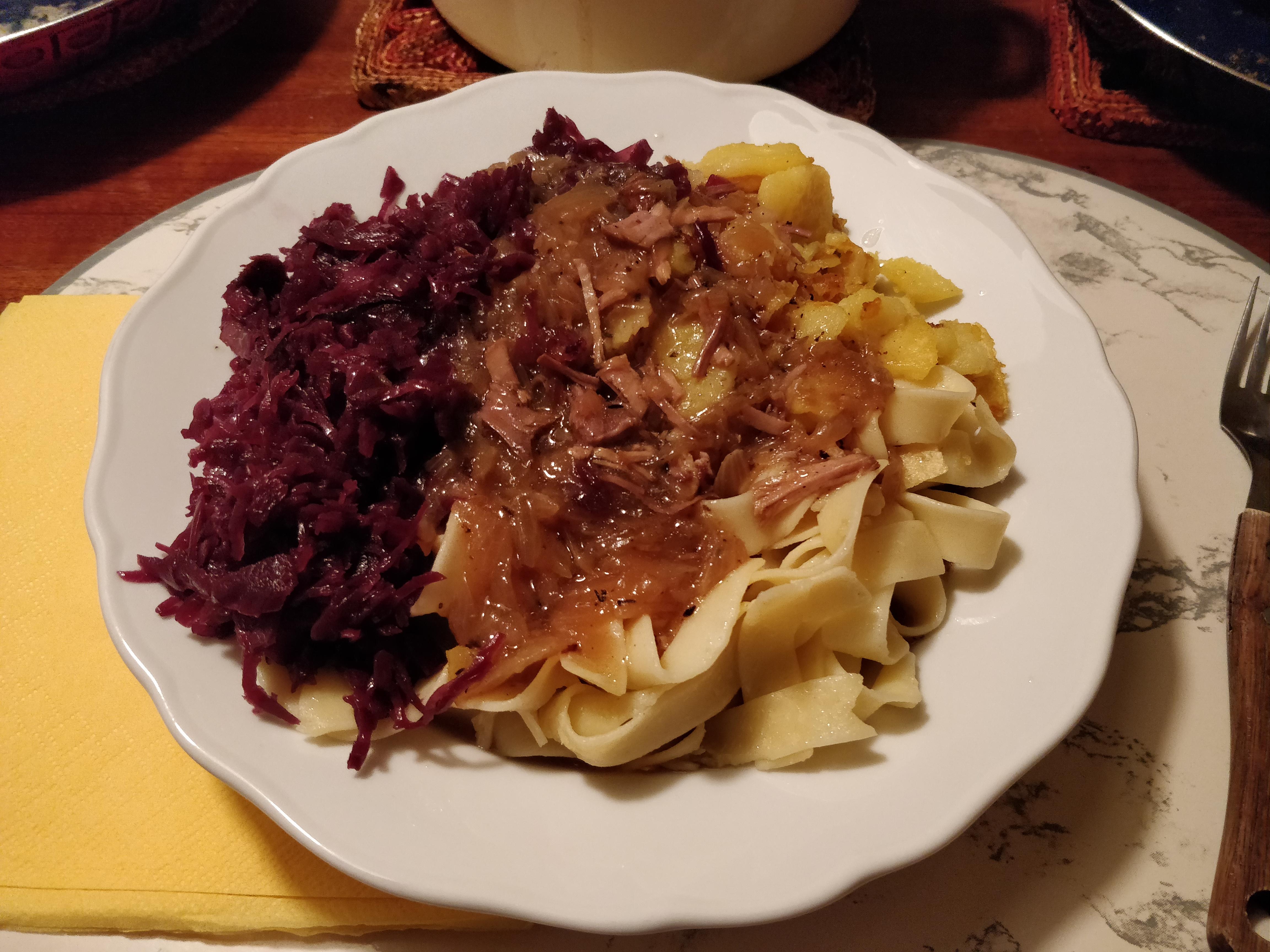 https://foodloader.net/nico_2018-11-14_schweinebraten-rotkraut-nudeln-bratkartoffeln.jpg
