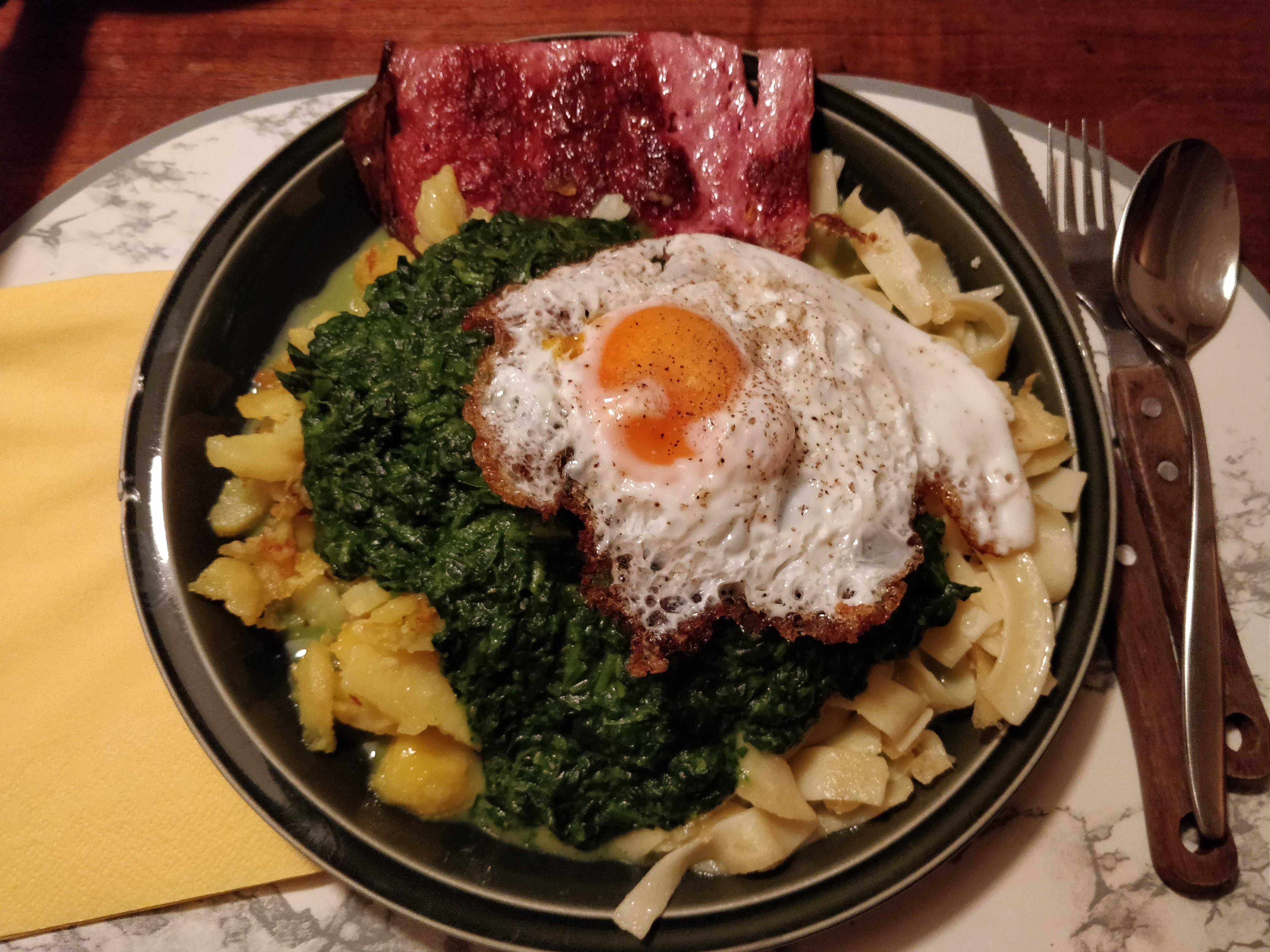 https://foodloader.net/nico_2018-11-21_fleischkaese-spinat-bratkartoffeln-nudeln-spiegelei.jpg