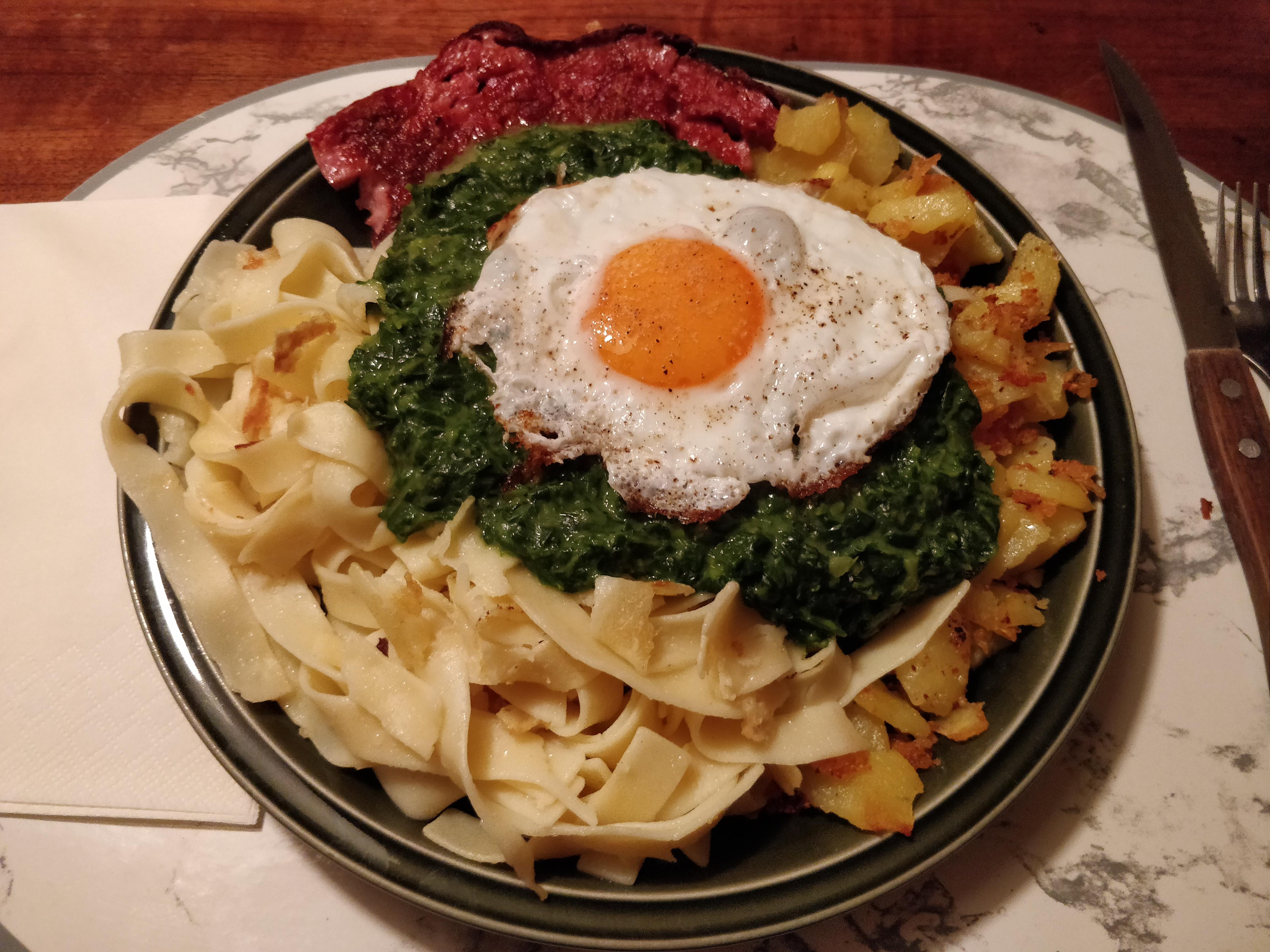 https://foodloader.net/nico_2018-12-05_fleischkaese-spinat-bratkartoffeln-nudeln-spiegelei.jpg