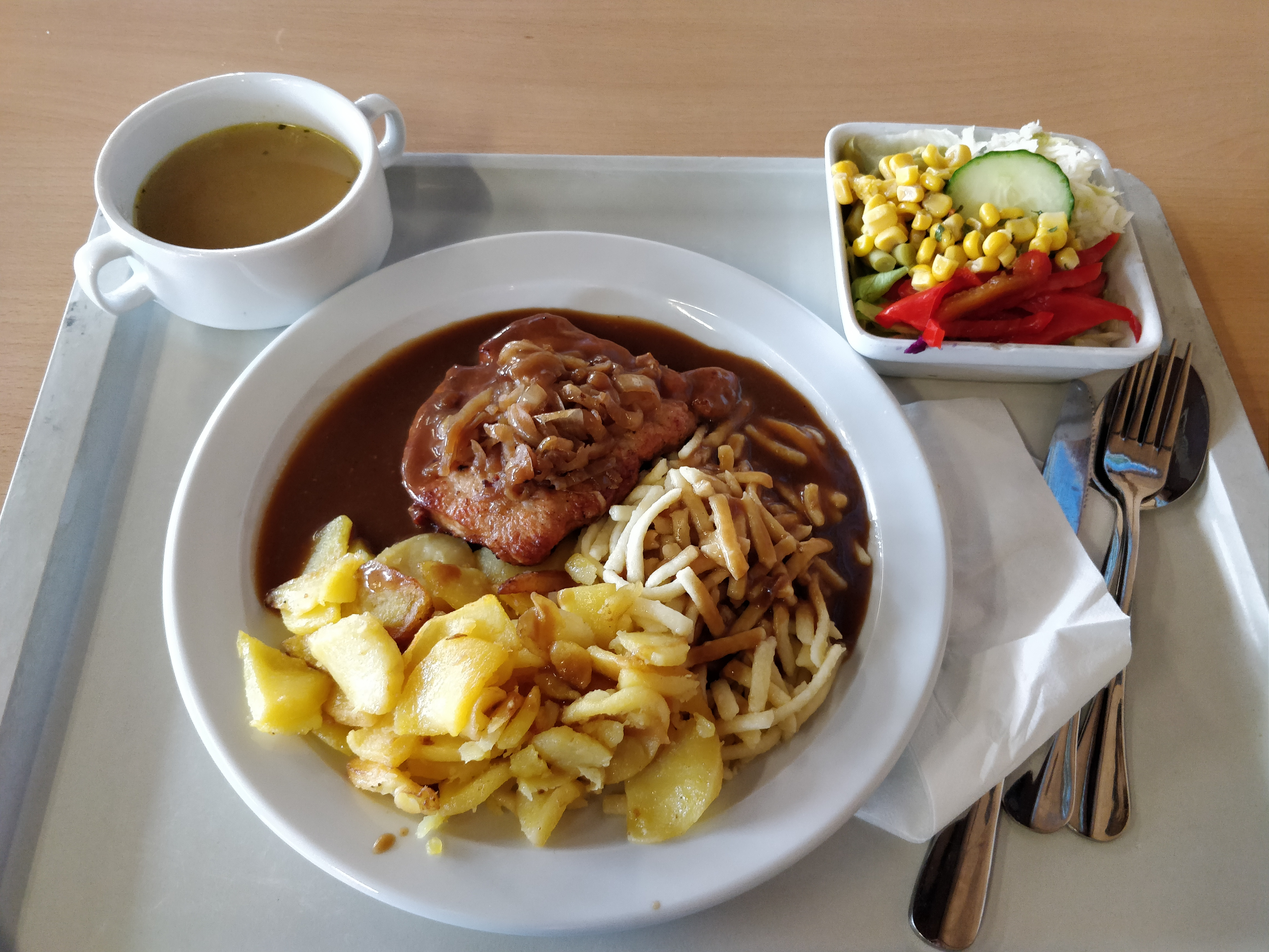 https://foodloader.net/nico_2018-12-05_zwiebelrostbraten-bratkartoffeln-spaetzle-suppe-salat.jpg