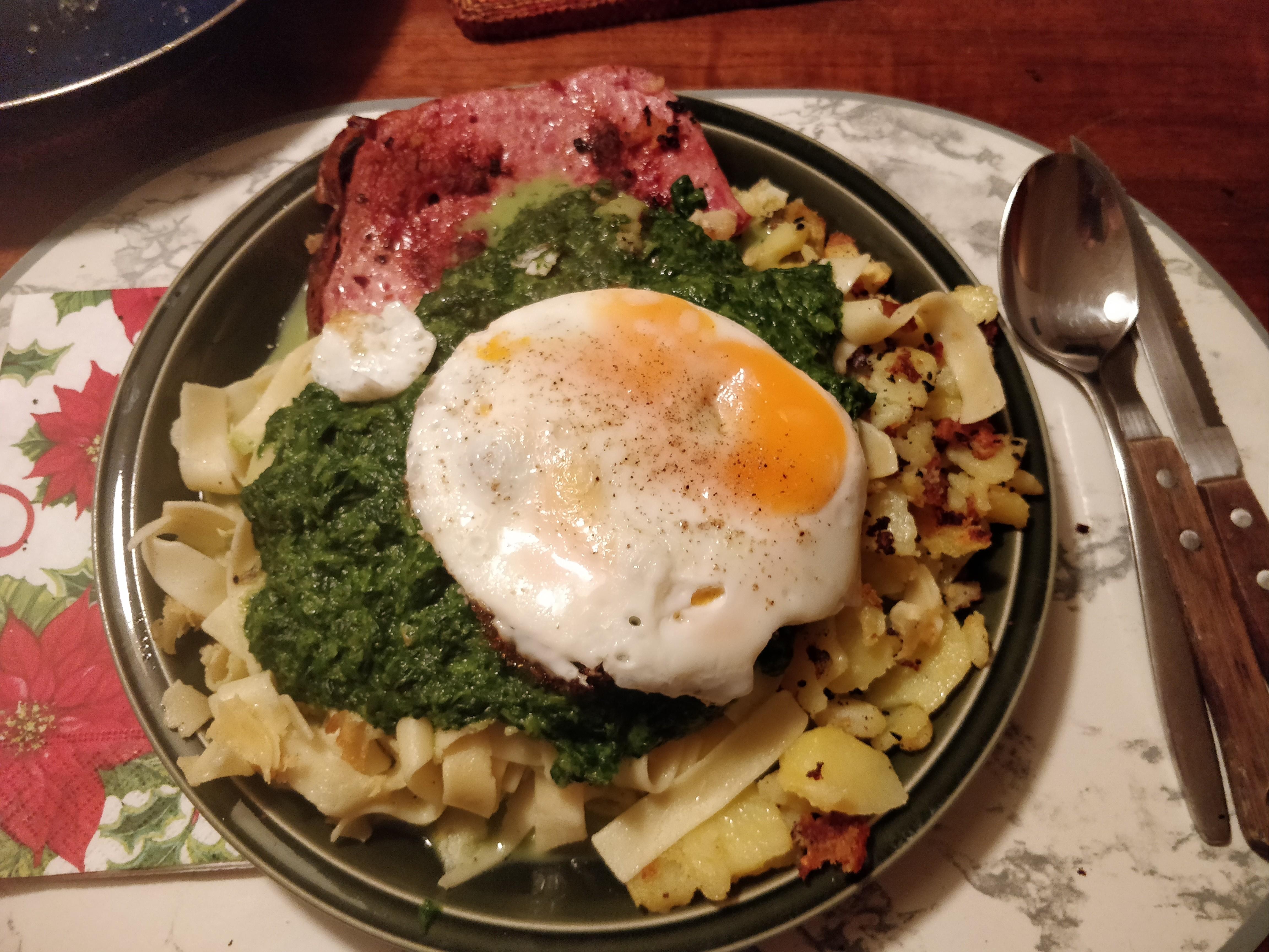 https://foodloader.net/nico_2019-01-09_spinat-fleischkaese-nudeln-bratkartoffeln-spiegelei.jpg